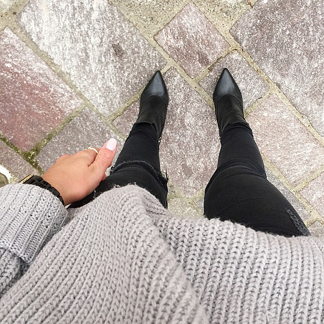 outfit-details-grey-oversized-knit-sweater-ripped-jeans-black-booties-outfit-fashionblogger