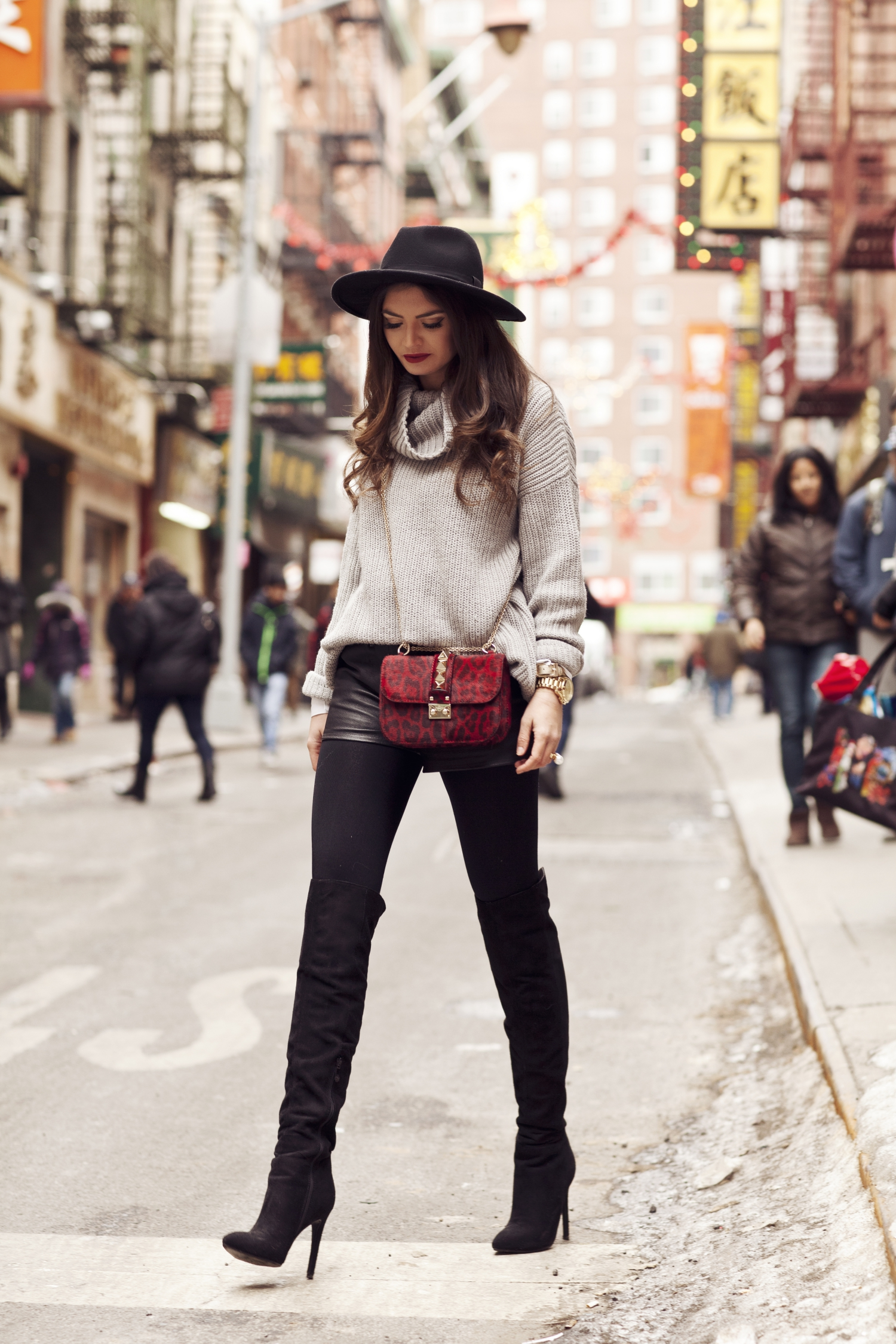 new-york-fashion-week-outfit-valentino-bag-overknees-cozy-knit-leather-shorts