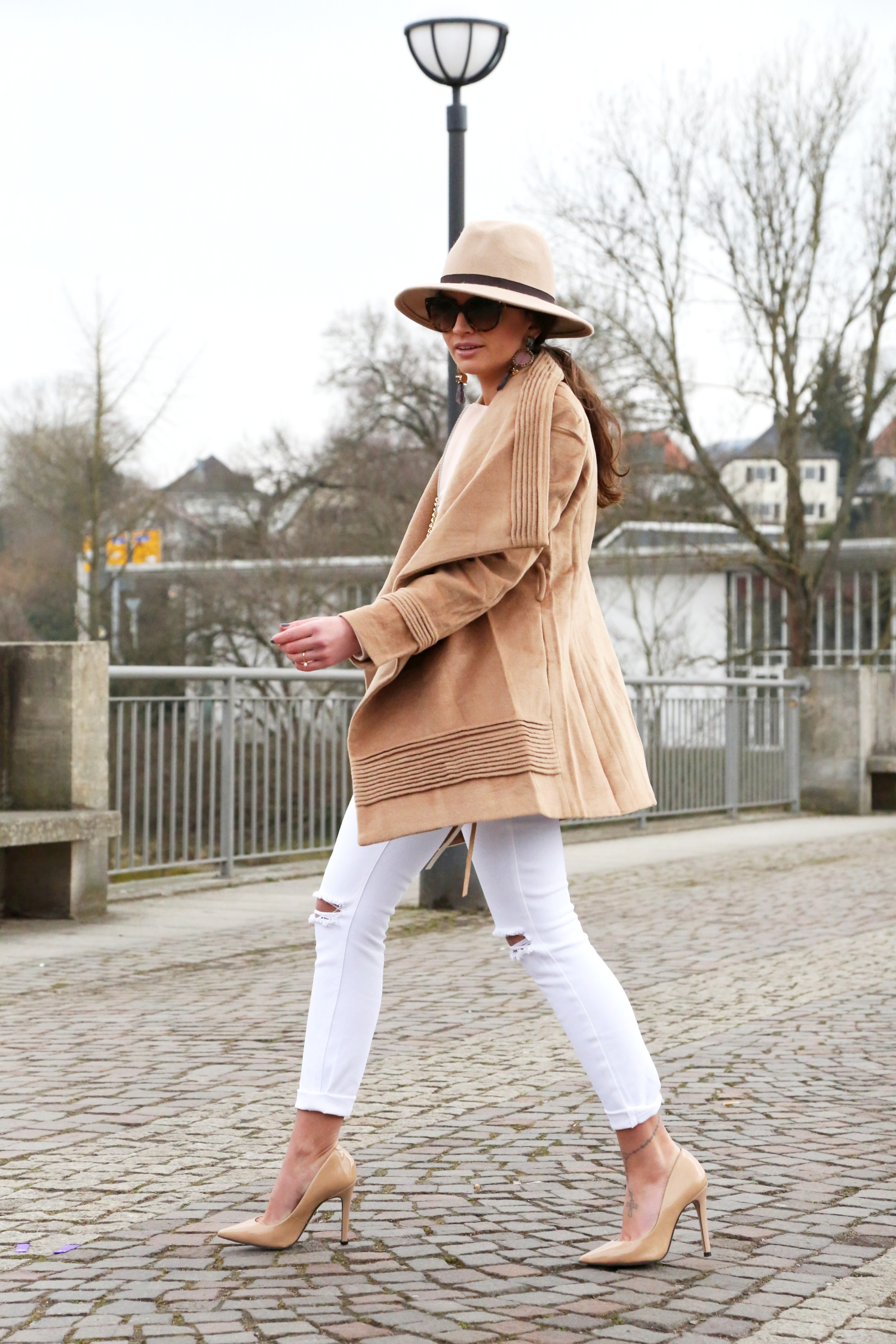 outfit-camel-white-ripped-jeans-rebeccaminkoff-mac-clutch-prada-topshop-fashionhippieloves-german-fashionblogger