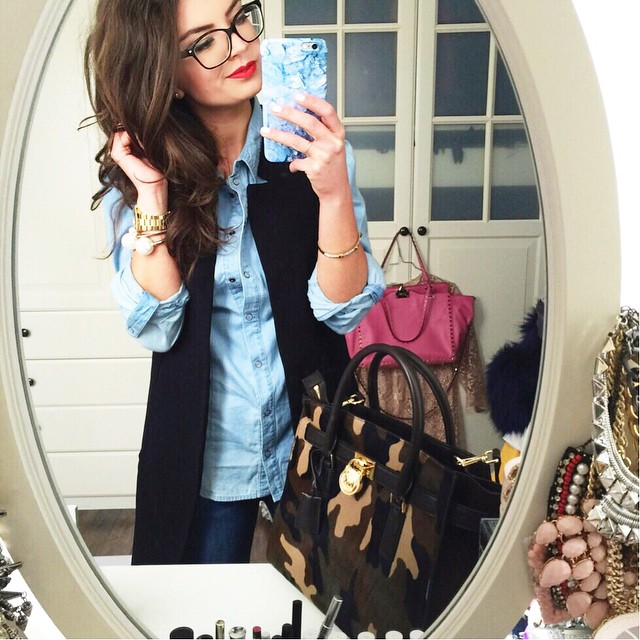 outfit-details-denim-look-michaelkors-selna-camouflage-bag-nerd-glasses-fashionblogger