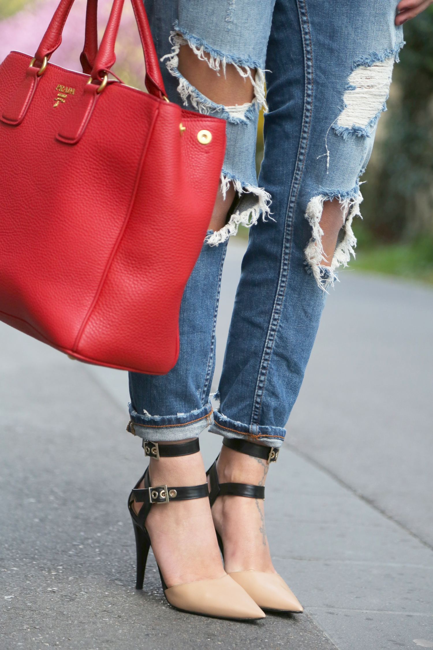 outfit-ripped-jeans-prada-bag-red-pura-lopez-pumps