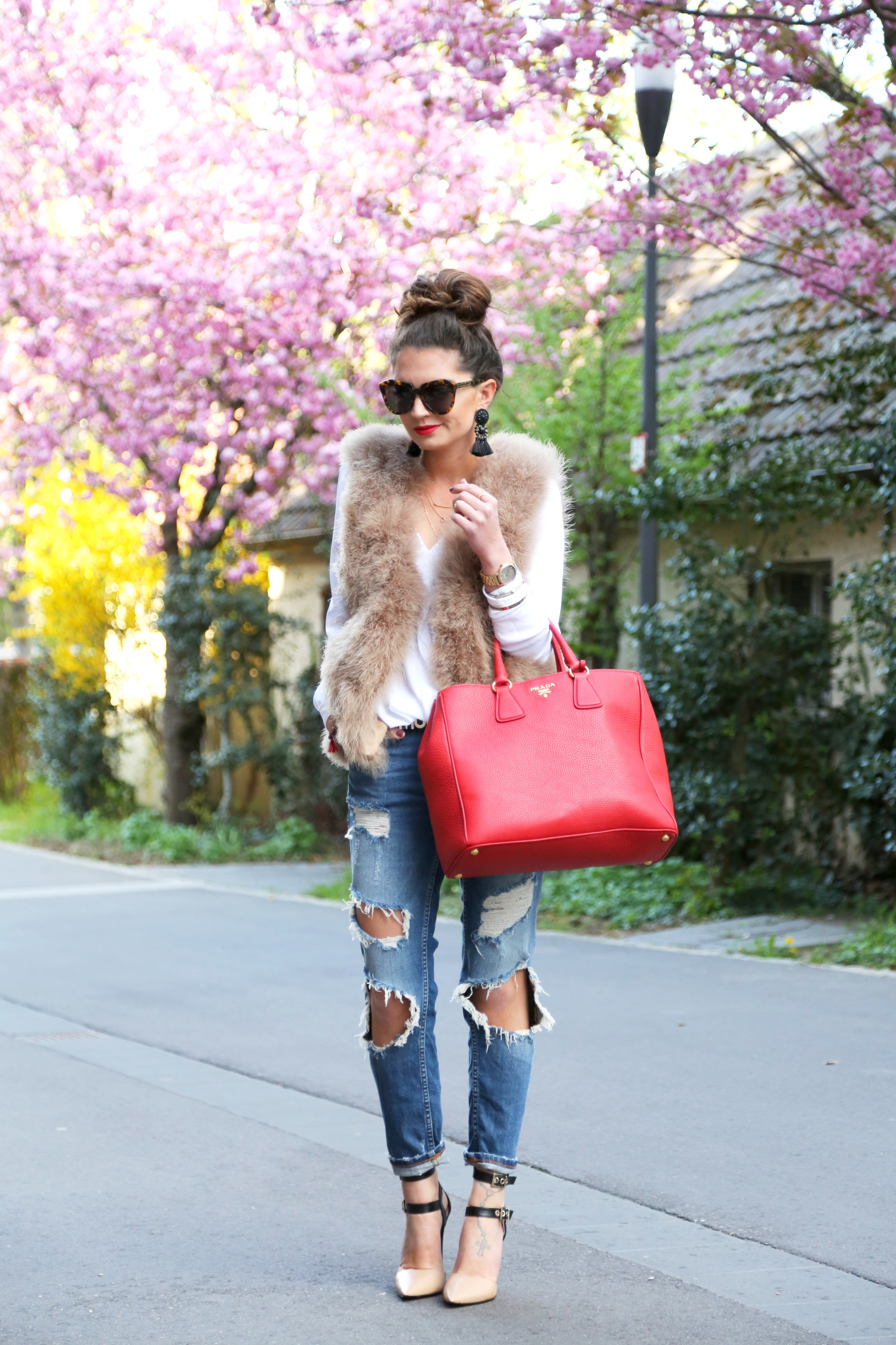 outfit-ripped-jeans-red-prada-bag-feather-vest