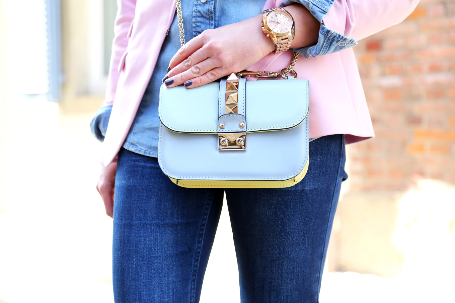 outfit-valentino-garavani-glam-lock-bag-watercolor-pastels-flared-jeans-german-fashionblogger