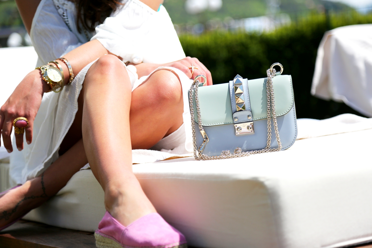 outfit-beach-spa-look-glam-lock-bag-valentino-garavani-armcandy-espadrilles