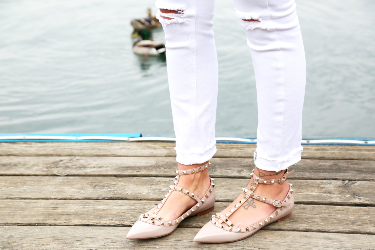 outfit-white-ripped-jeans-valentino-rockstud-flats-nude