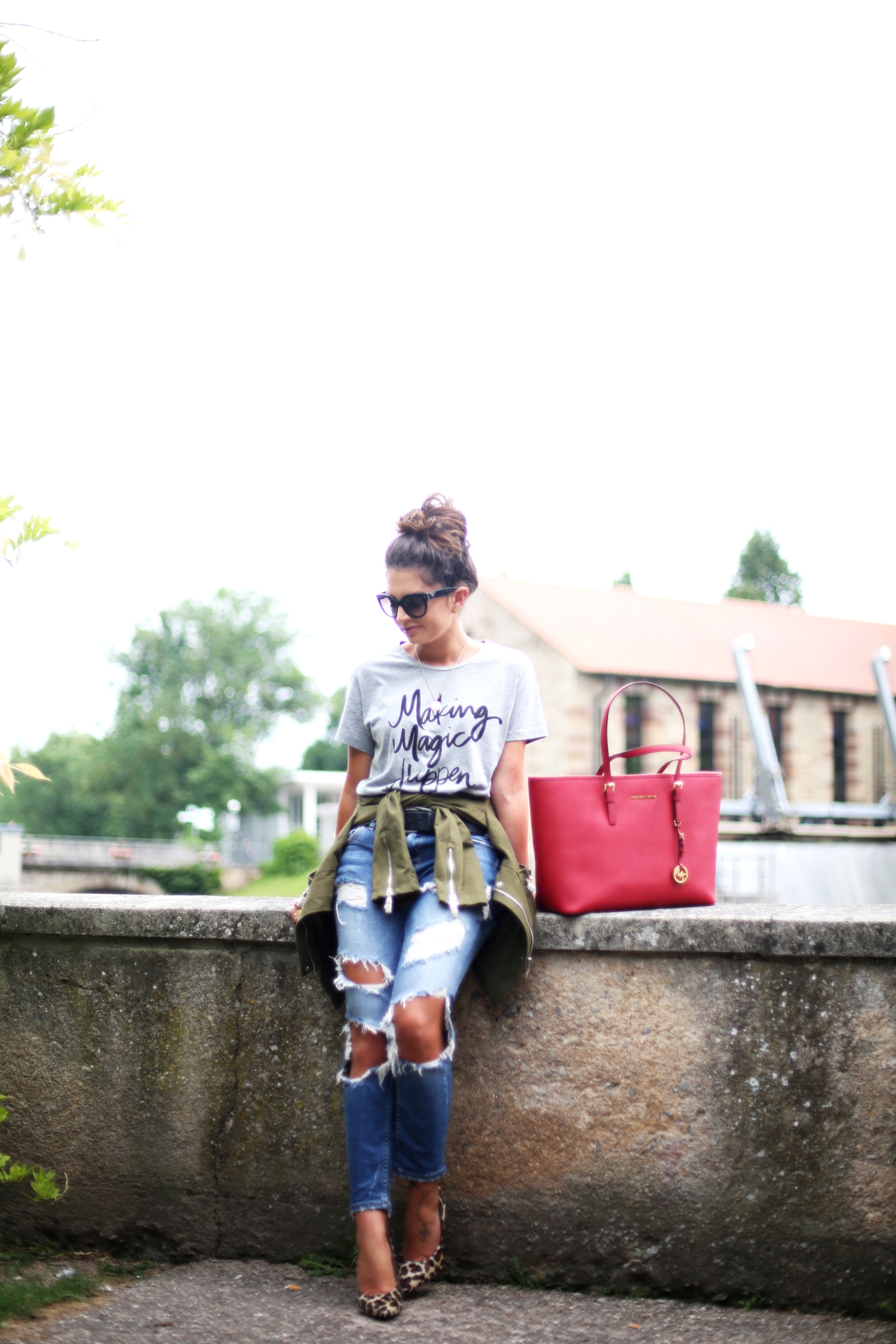 outfit-fashionhippieloves-michaelkors-jet-set-bag-red-prada-sunglasses-ripped-jeans-zara