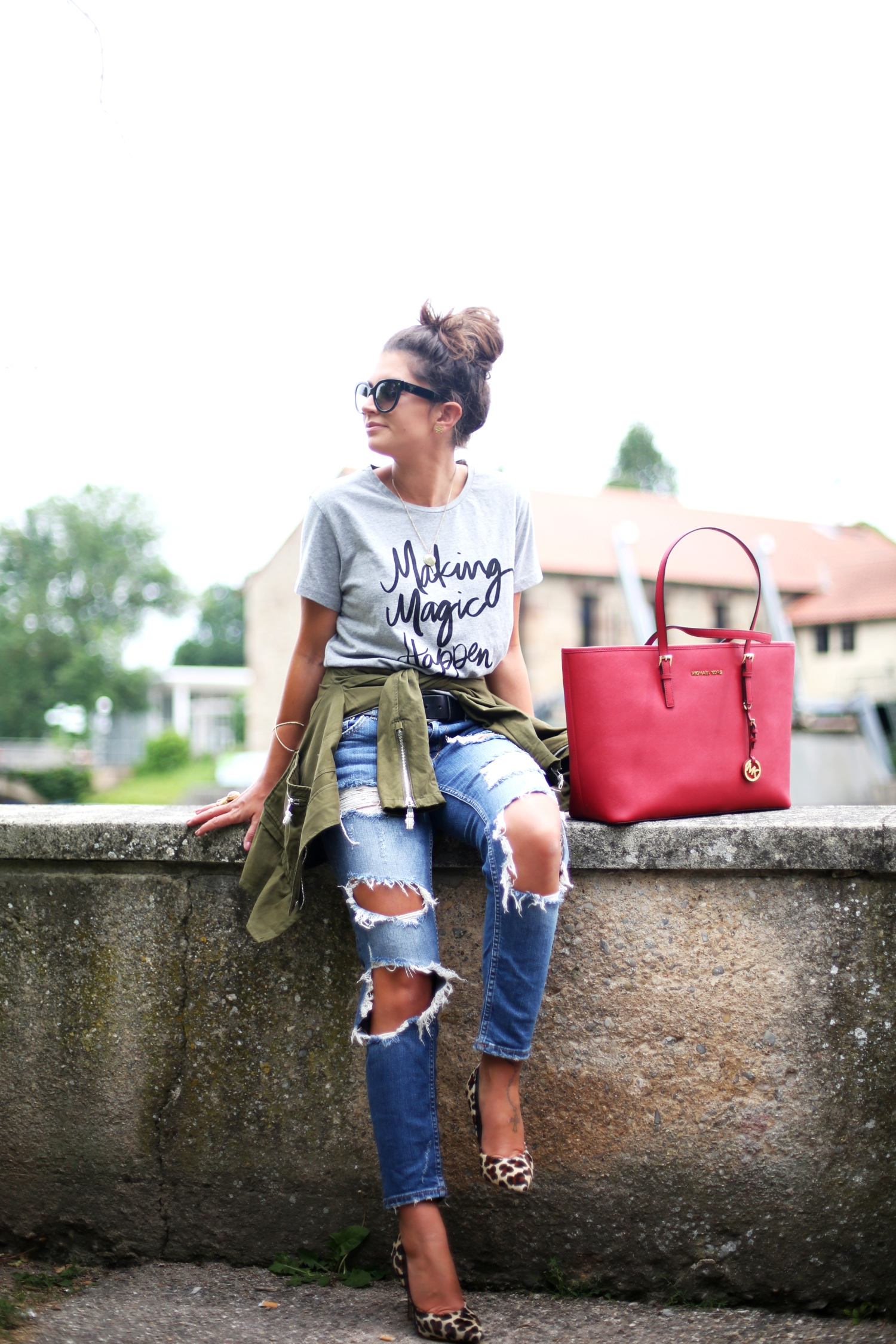 outfit-ripped-jeans-michaelkors-bag-prada-sunglasses
