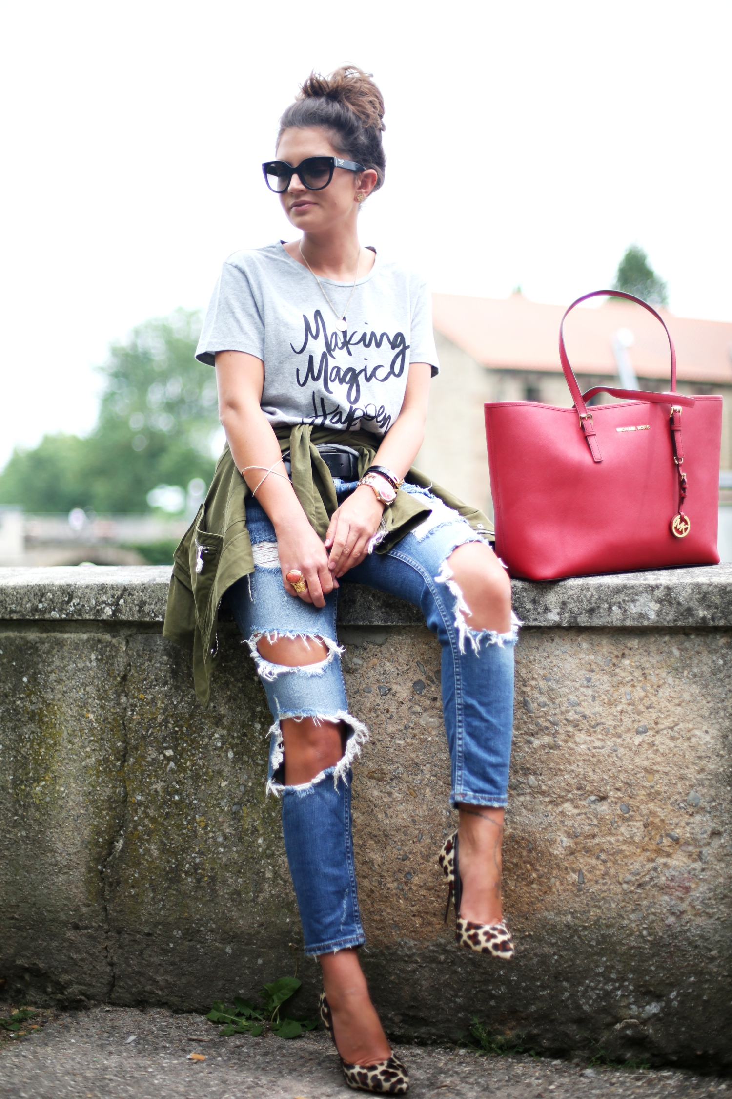 outfit-sincerely-jules-shirt-ripped-jeans-leo-pumps-michaelkors-bag
