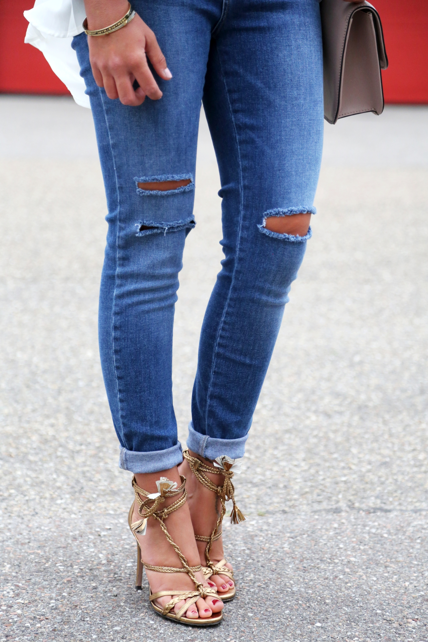 nikkie-ripped-jeans-outfit-valentino-glam-lock-bag