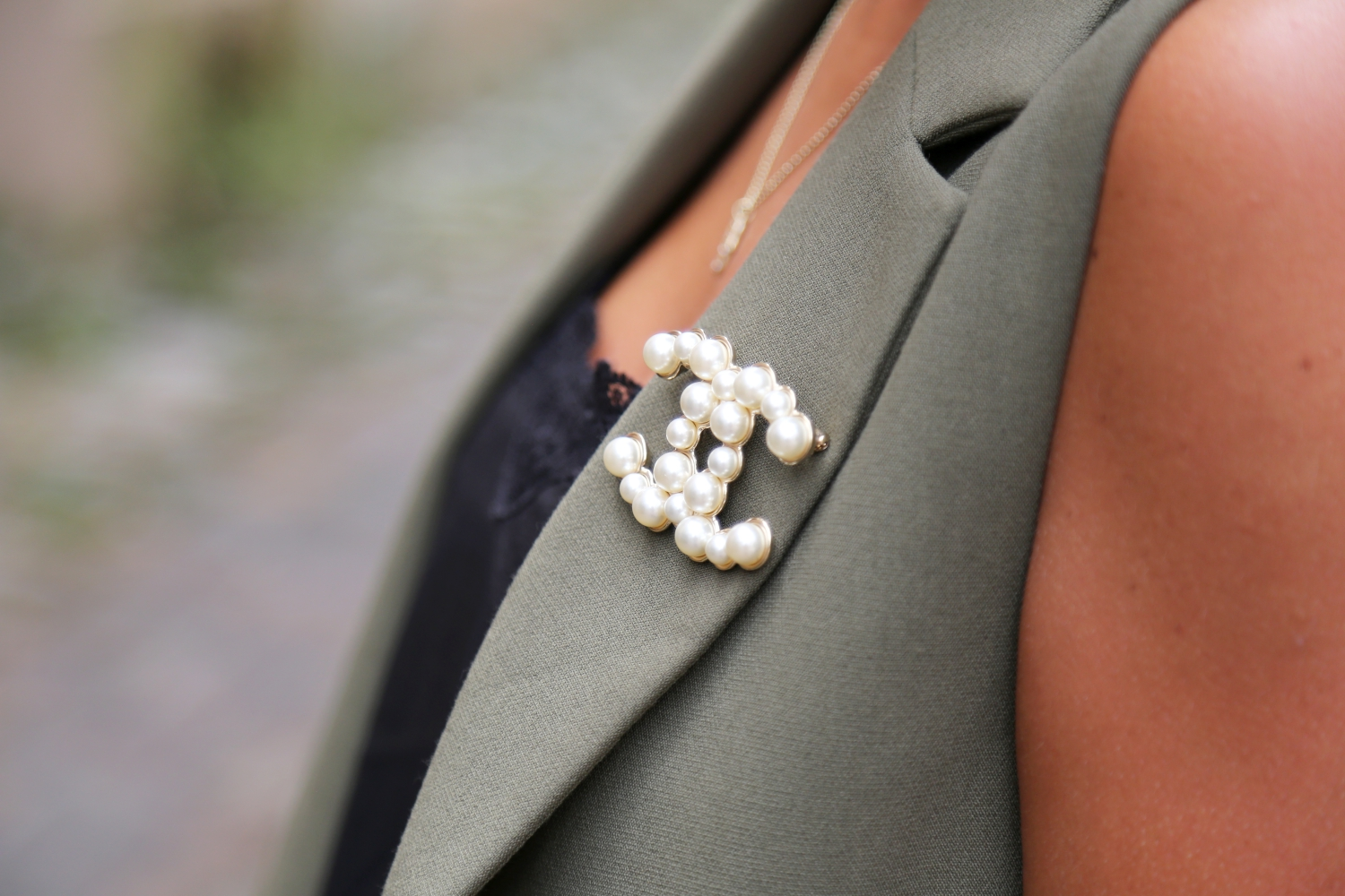 topshop-vest-chanel-brooch-outfit
