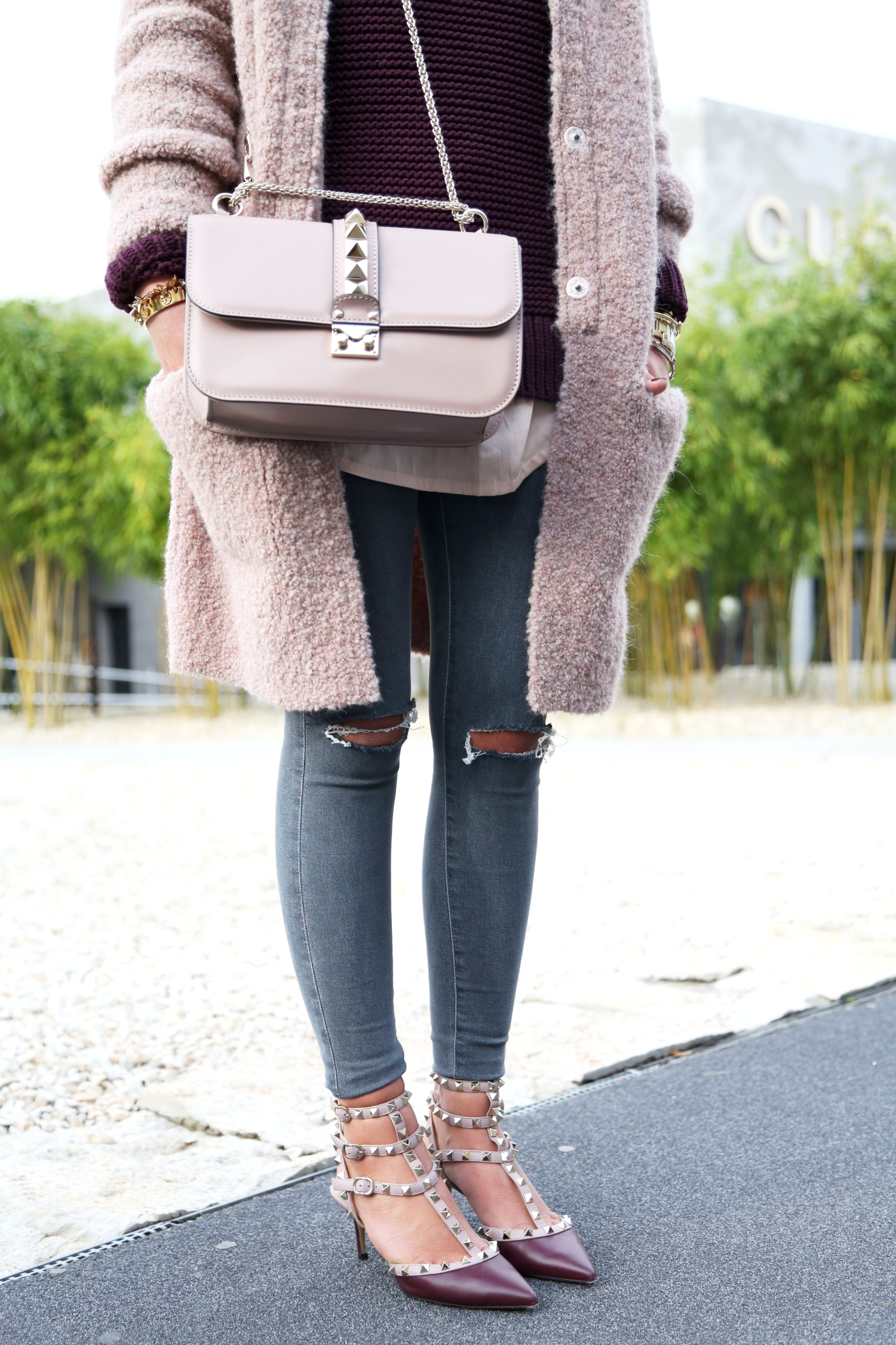30e6db6bb8 ... outfit-fall-cardigan-valentino-rockstuds-glam-lock-bag- ...