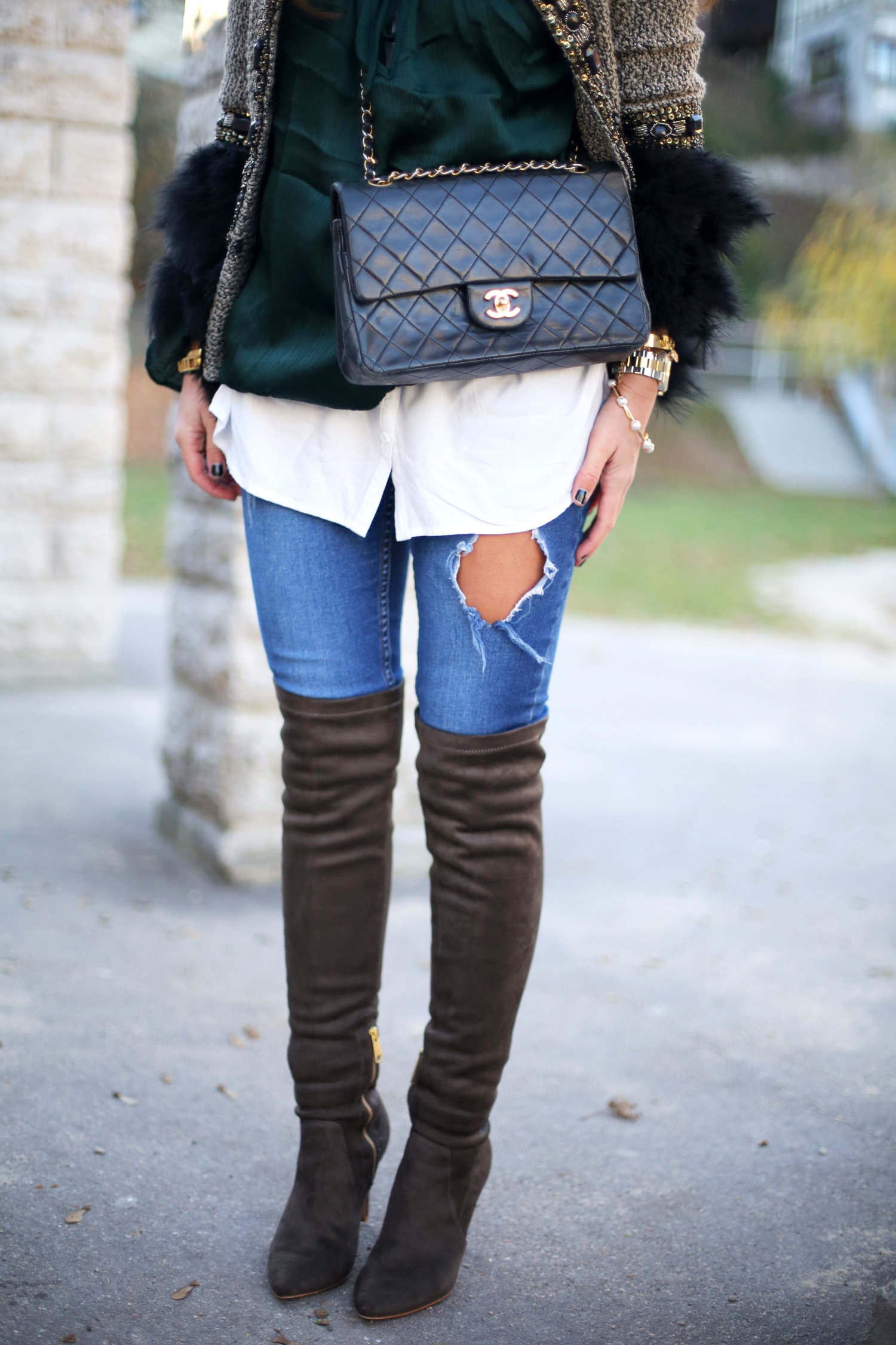 outfit-overknees-chanel-2.55-bag-ripped-jeans