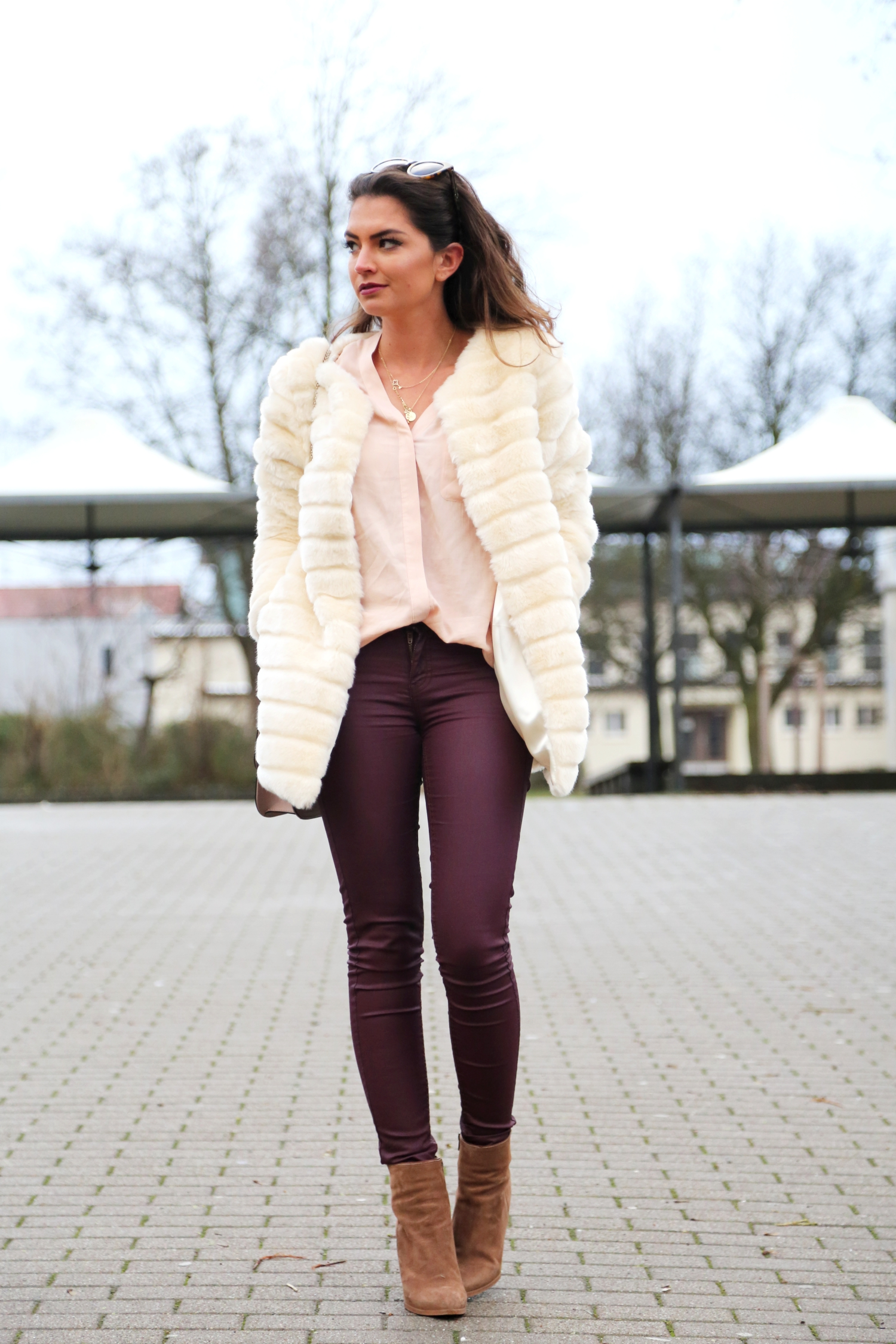 outfit-faux-fur-coat-burgundy-pants