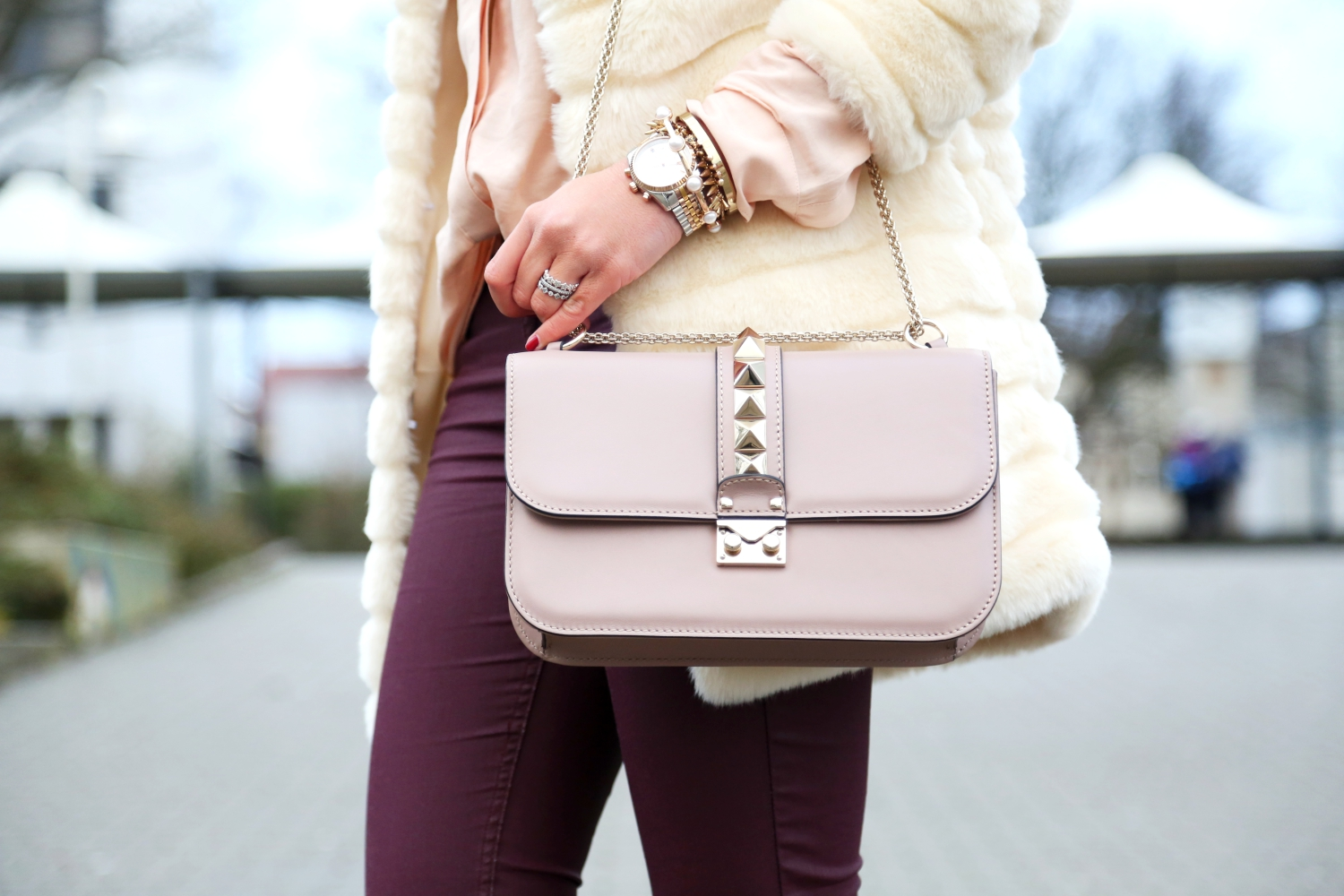 outfit-faux-fur-coat-valentino-glam-lock-bag