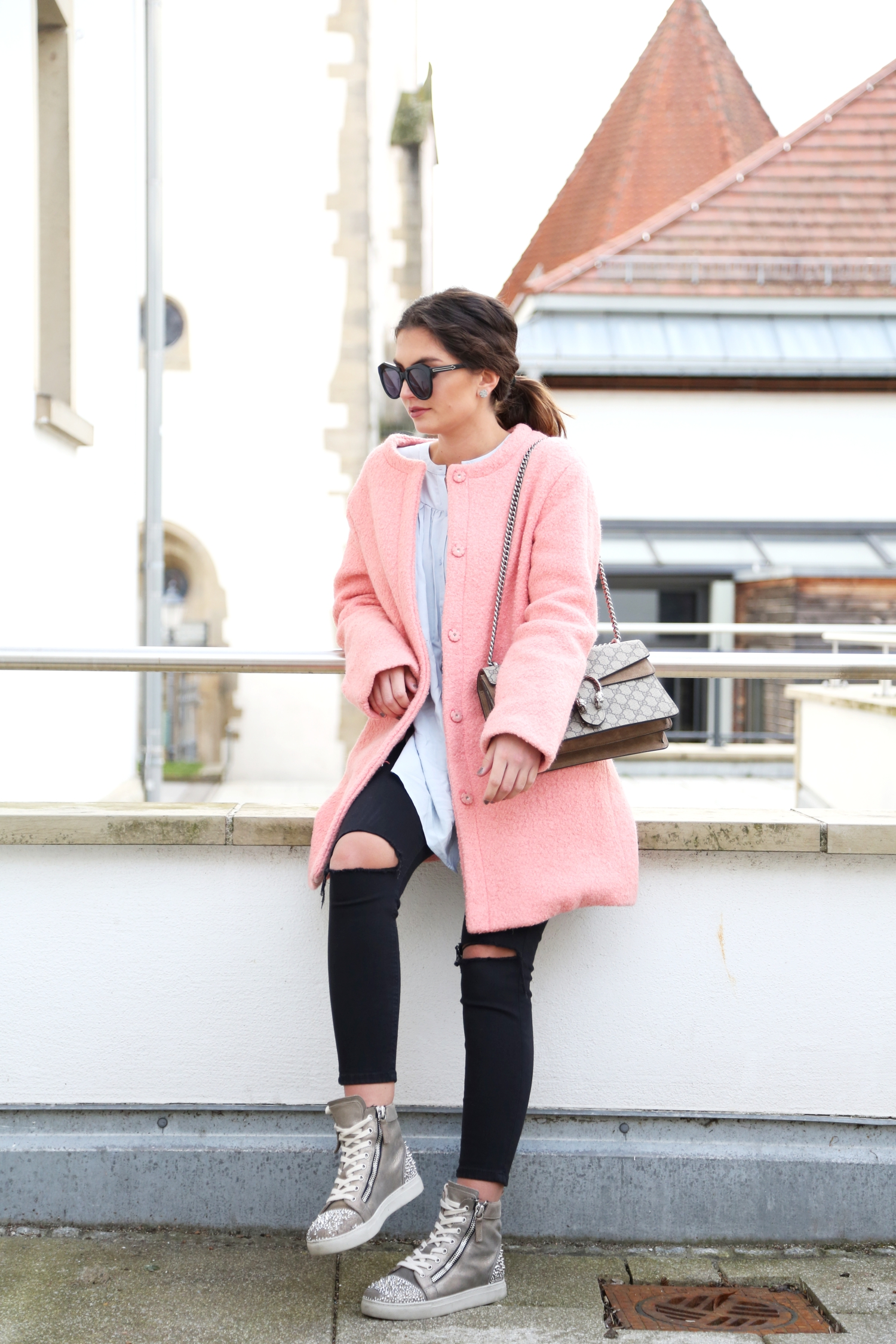 outfit-pink-coat-sneaker-casual-look-gucci-bag-karen-walker-sunglasses