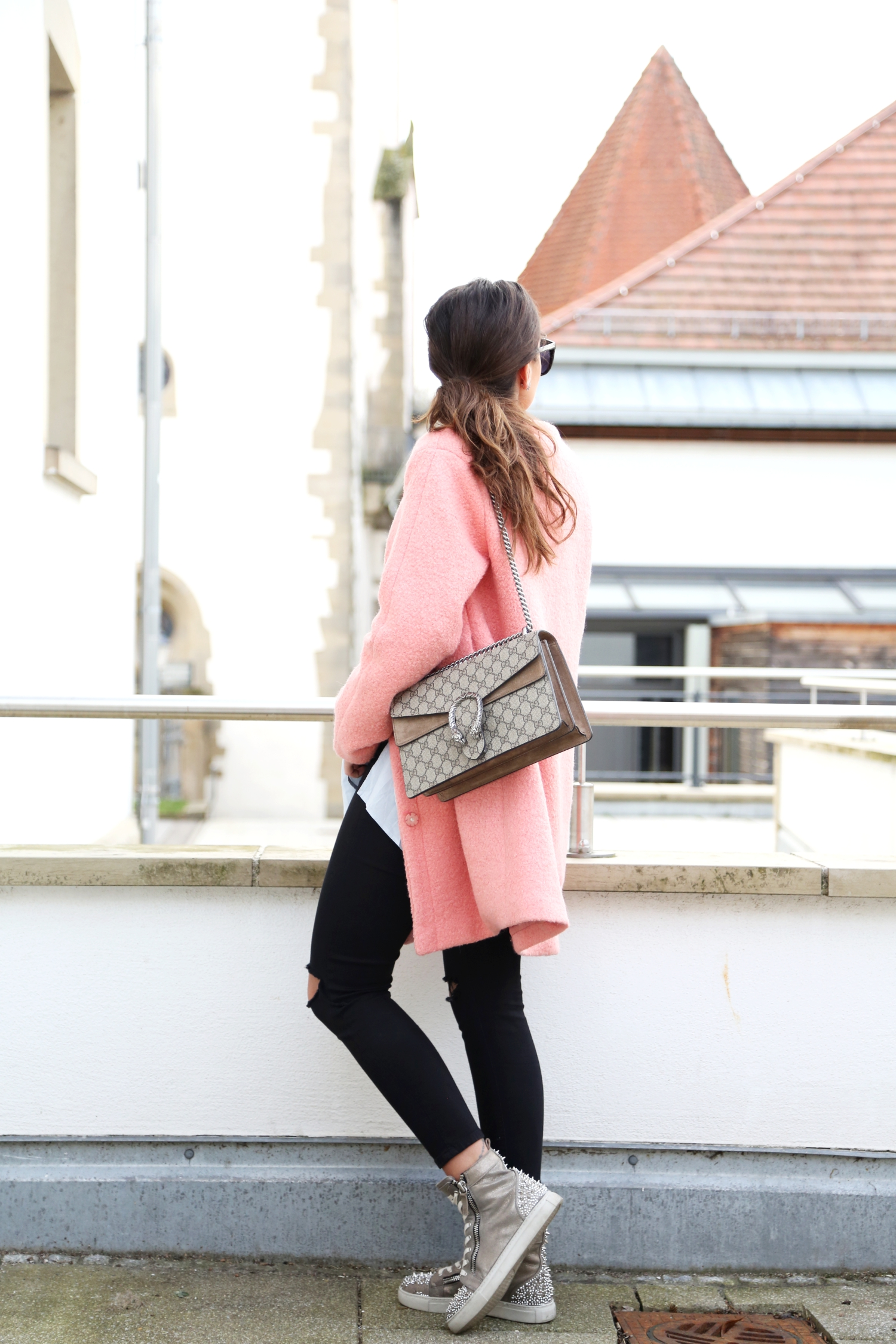outfit-pink-coat-sneaker-look-gucci-bag