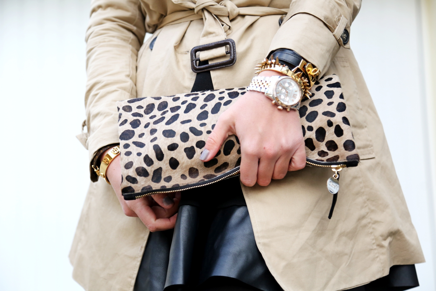 outfit-trenchcoat-overknees-leo-clutch-clare-v