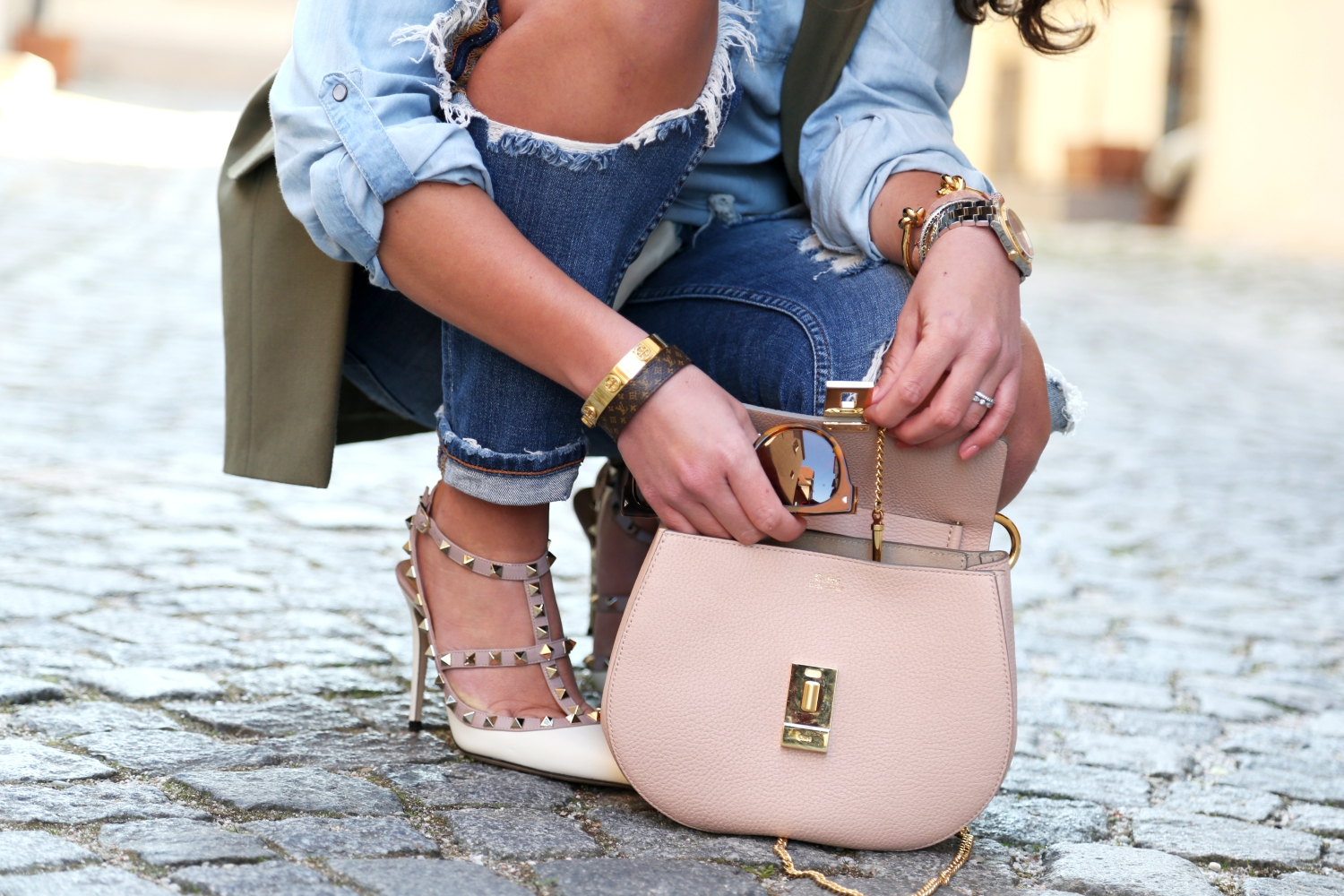 outfit-chloe-drew-bag-valentino-rockstuds-ripped-jeans