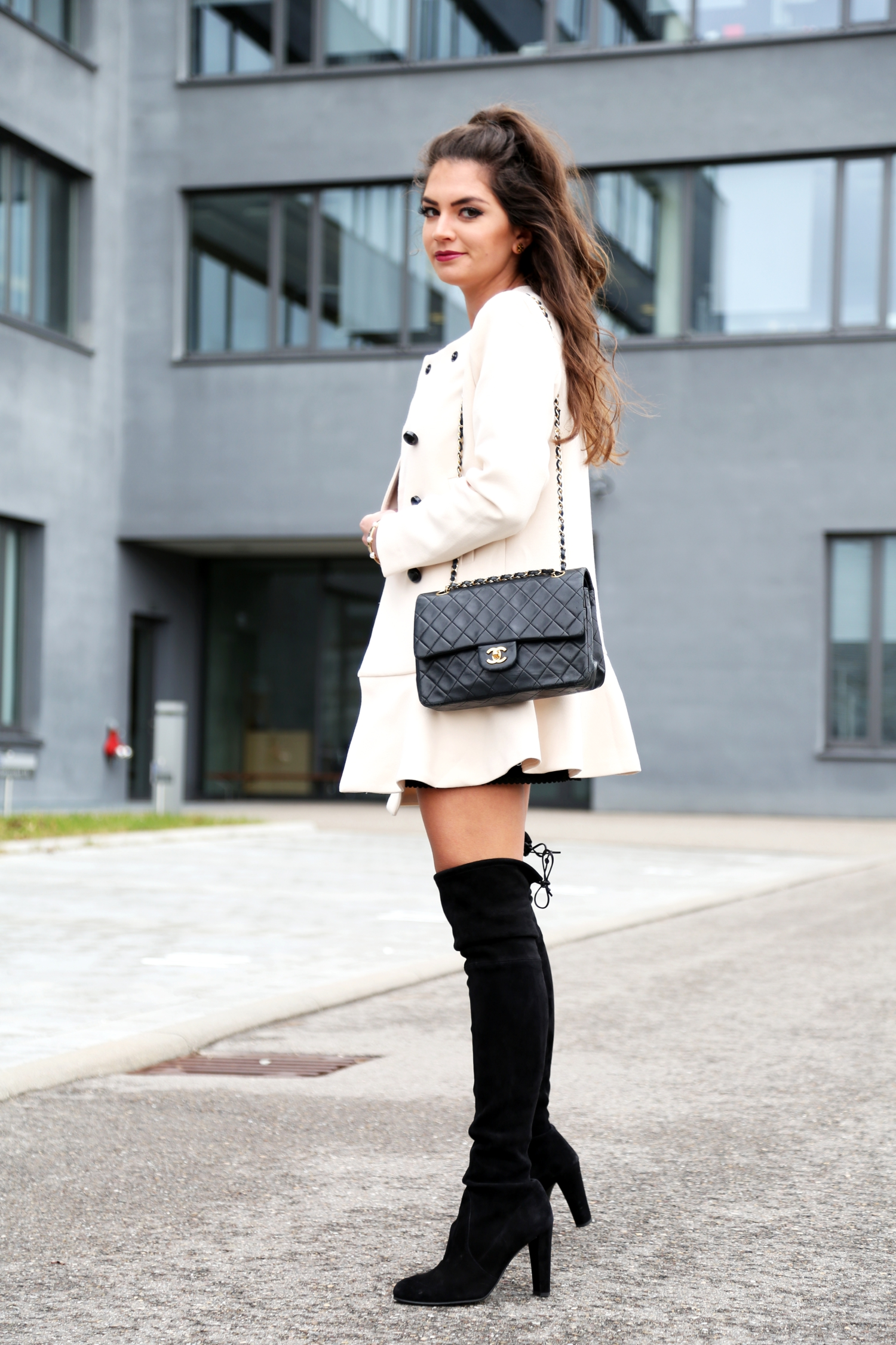 outfit-overknees-coat-spring-look-chanel-2.55-bag