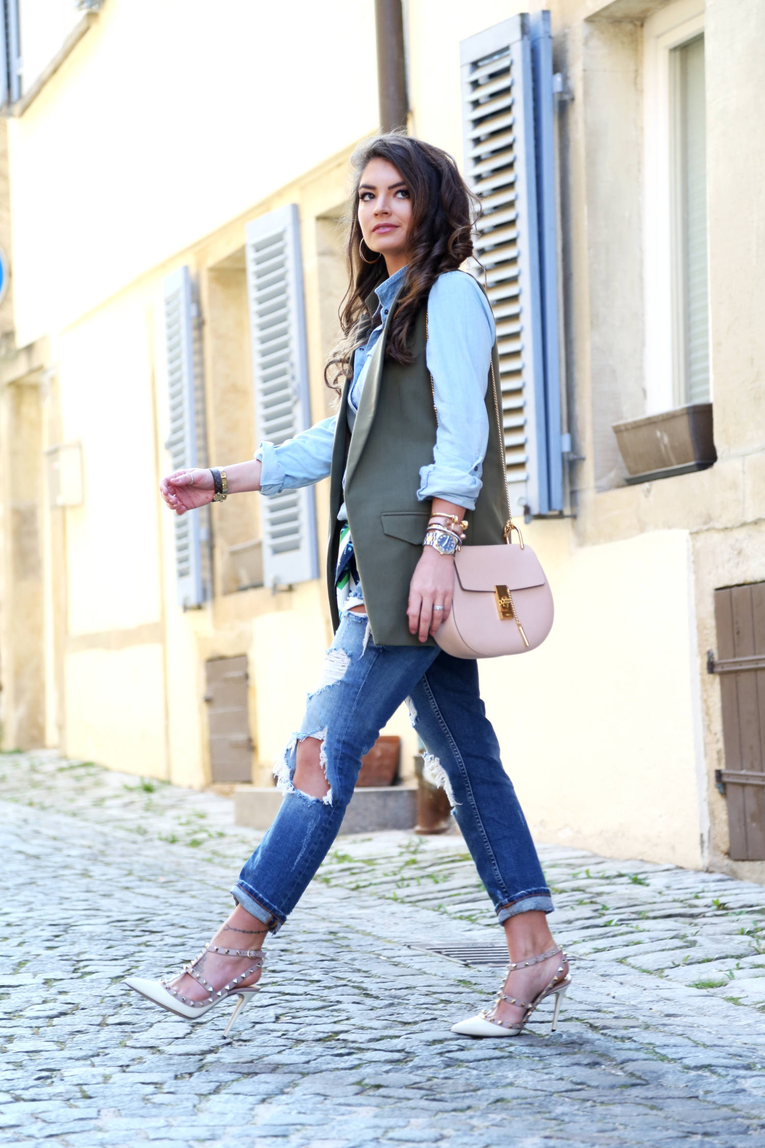 outfit-ripped-jeans-valentino-rockstuds