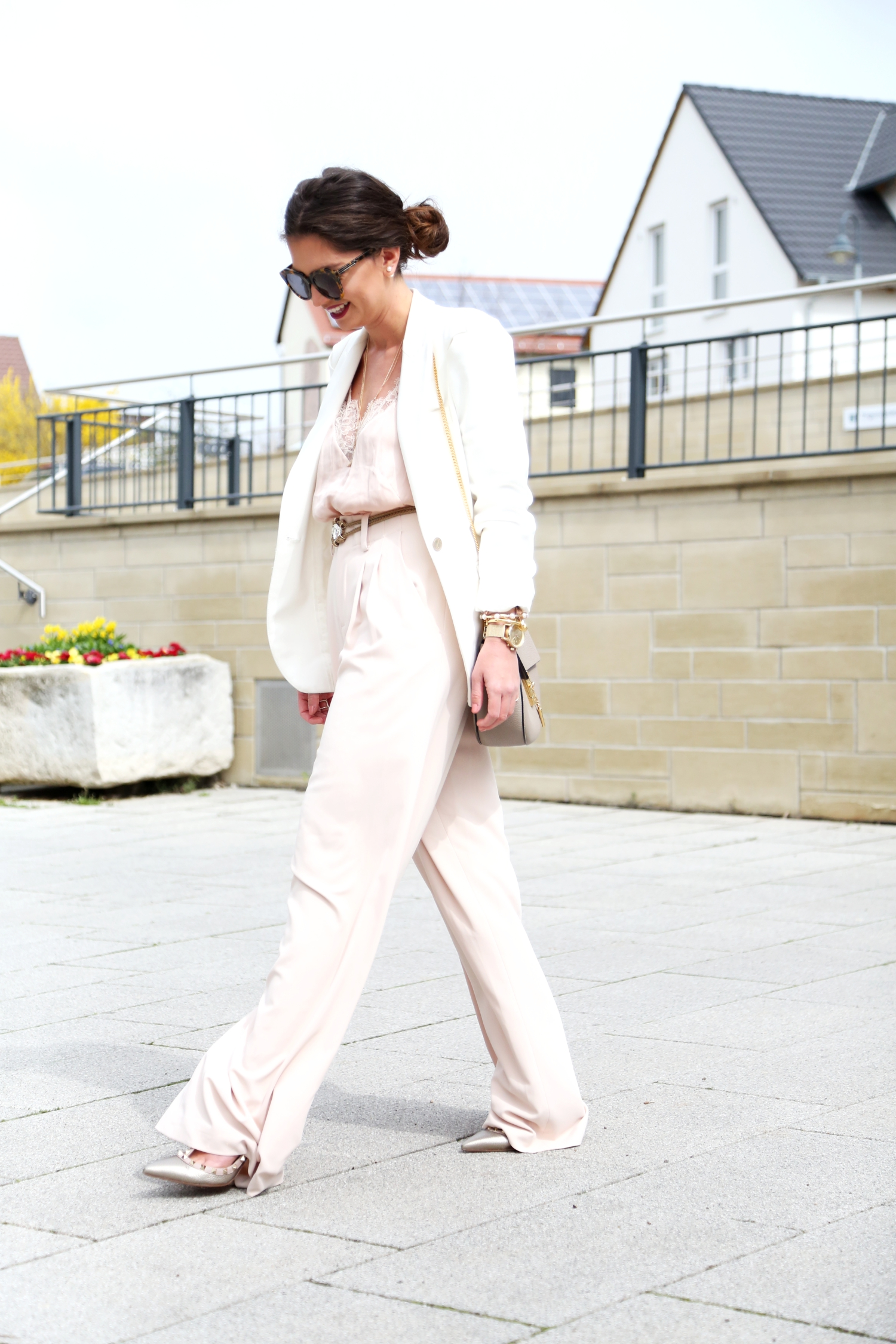 outfit-aliceandolivia-pants-lace-top-white-blazer