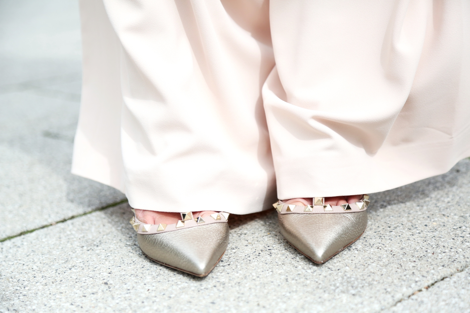 outfit-details-valentino-rockstud-pumps-golden-alice-and-olivia-pants