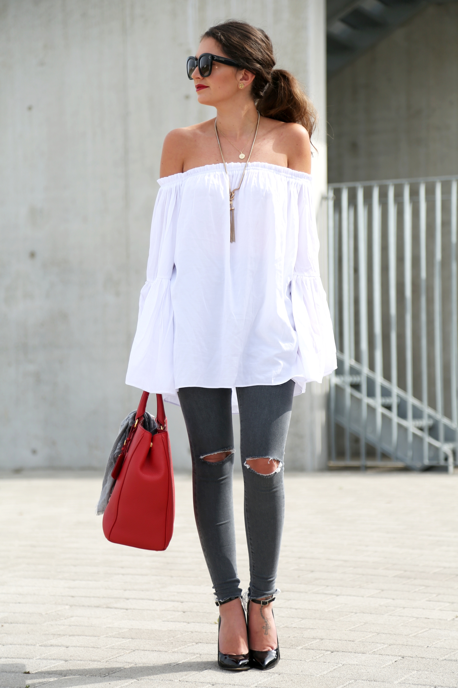 outfit-off-shoulder-top-prada-bag