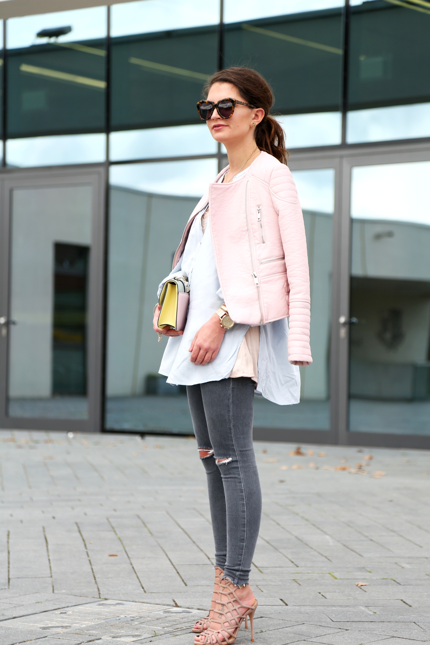 outfit-pastels-spring-leather-jacket-pink-grey-jeans
