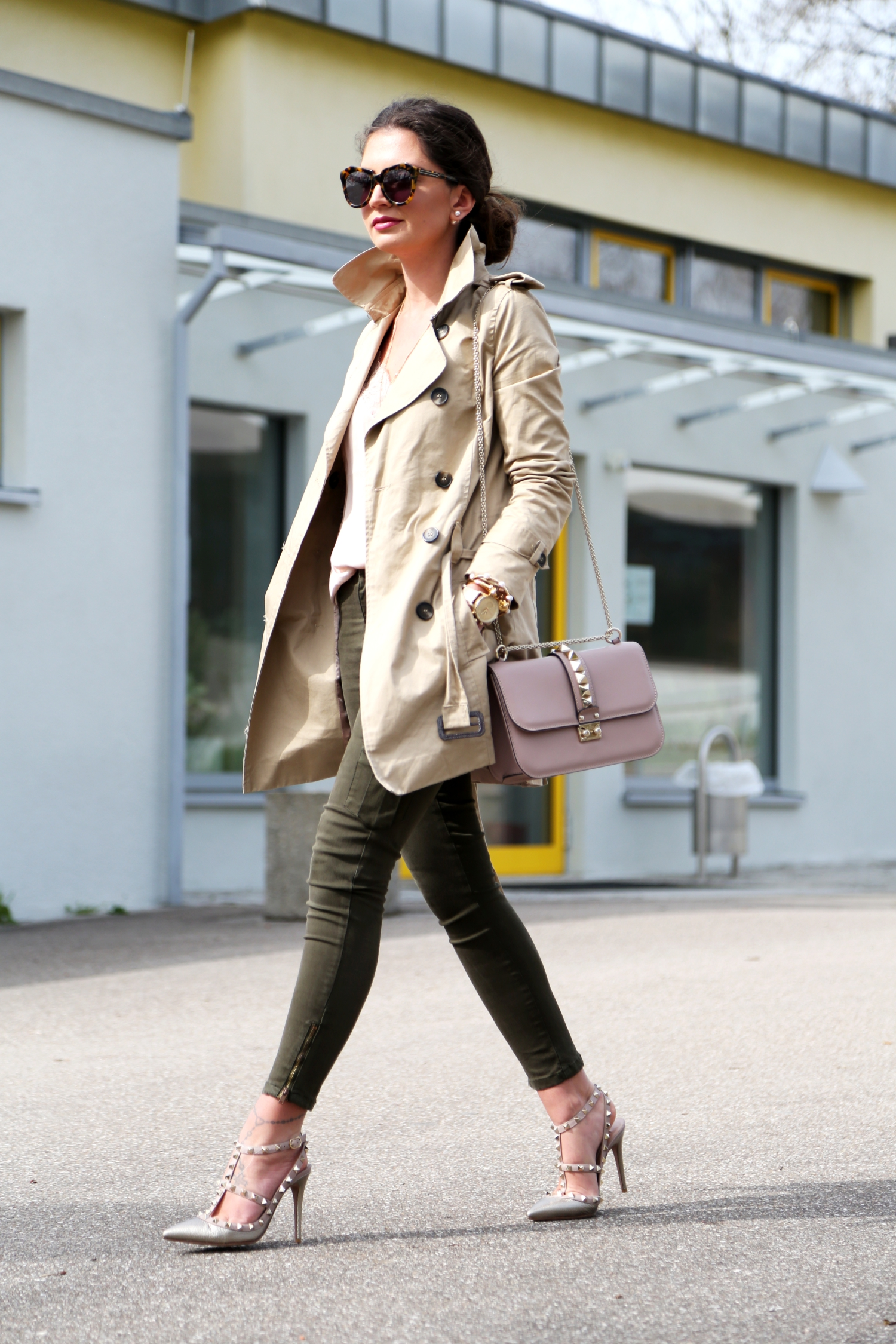 outfit-trenchcoat-valentino-rockstuds