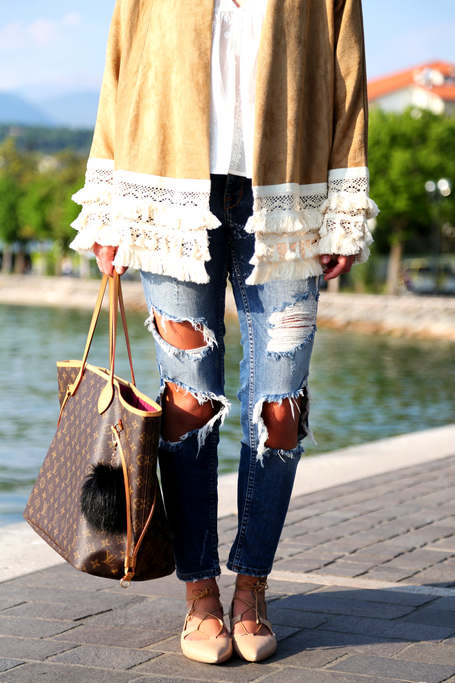 outfit-kimono-louis-vuitton-neverfull-lace-up-sandals-nude-ripped-jeans