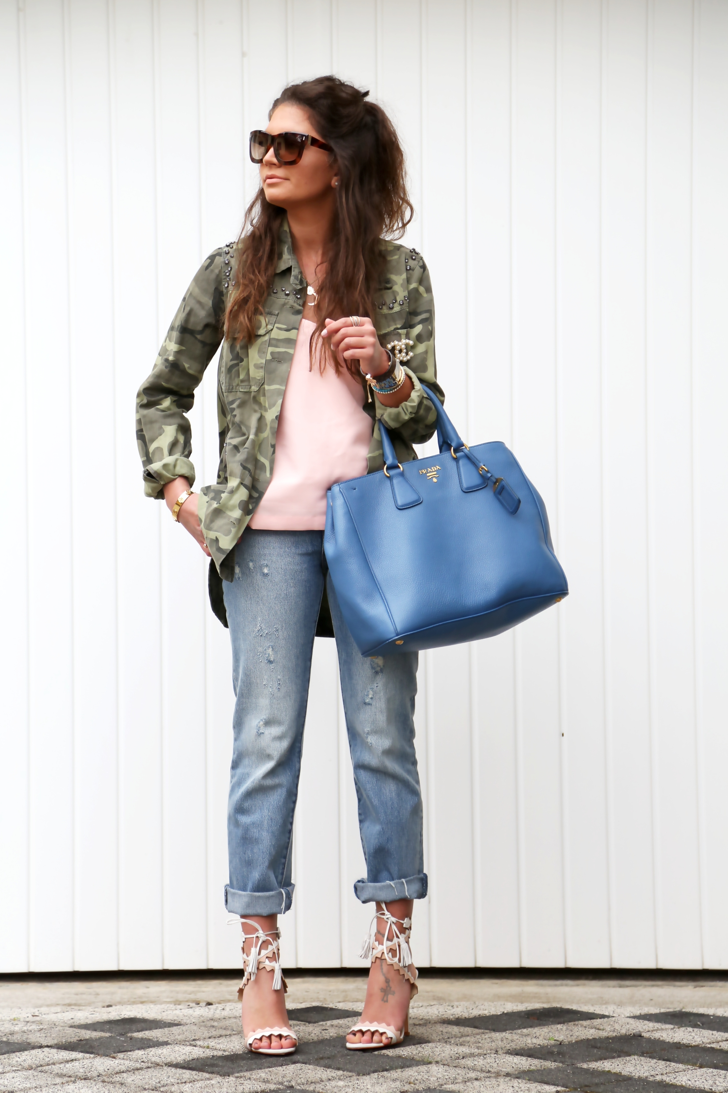 outfit-levis-jeans-parka-military-prada-bag-escada-sunglasses