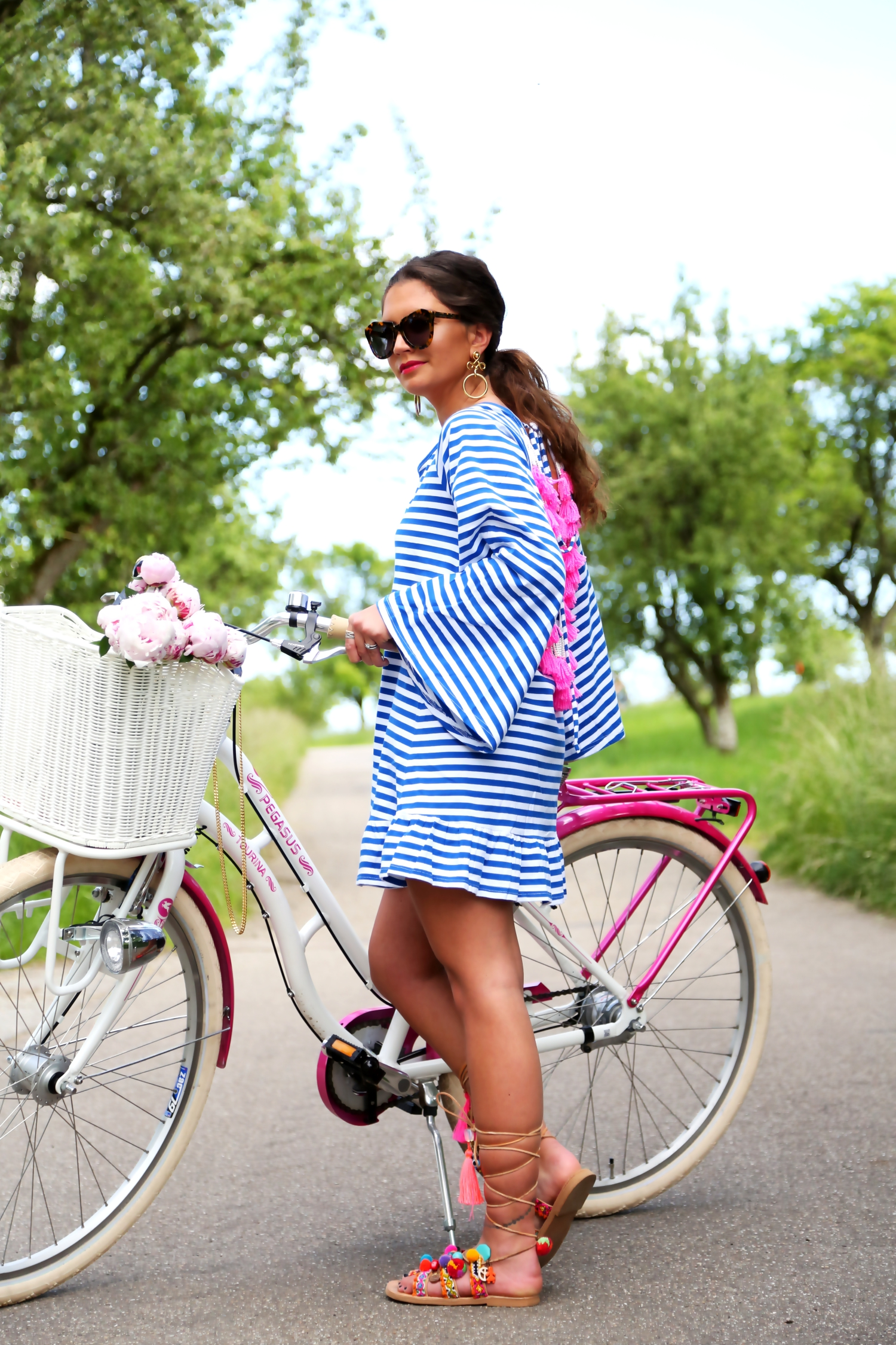 outfit-pompom-sandals-bike-tour-look-spring-tassel-dress-stripes