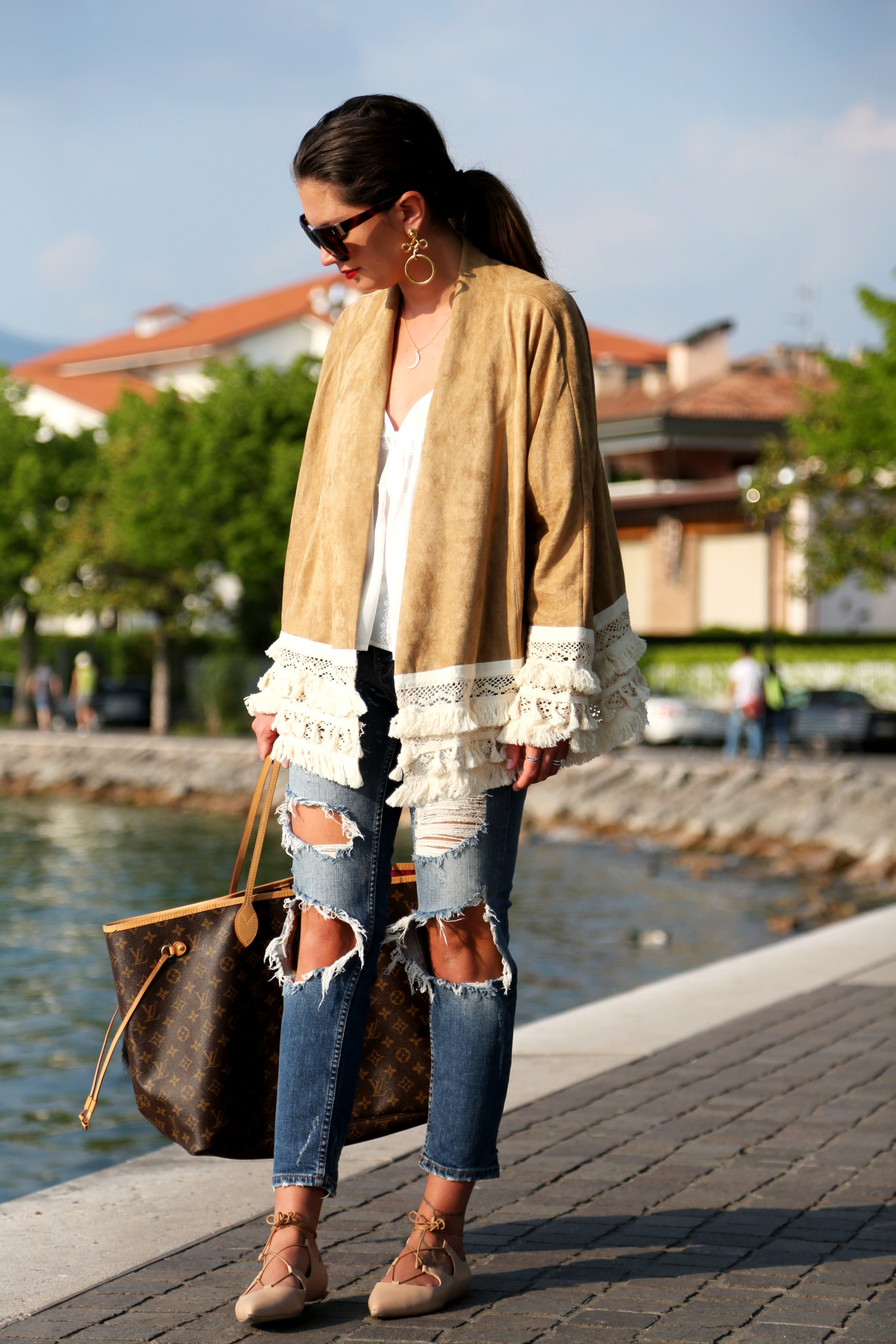 outfit-ripped-jeans-louisvuitton-bag-lace-up-sandals-kimono