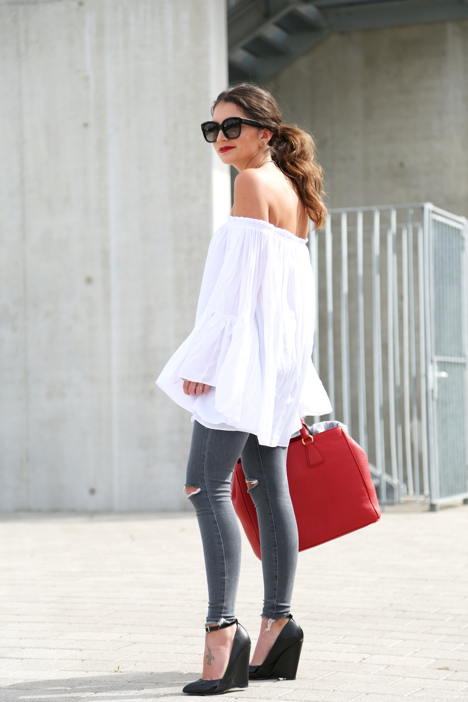 outfit-ripped-jeans-off-shoulder-top-kurt-geiger-wedges
