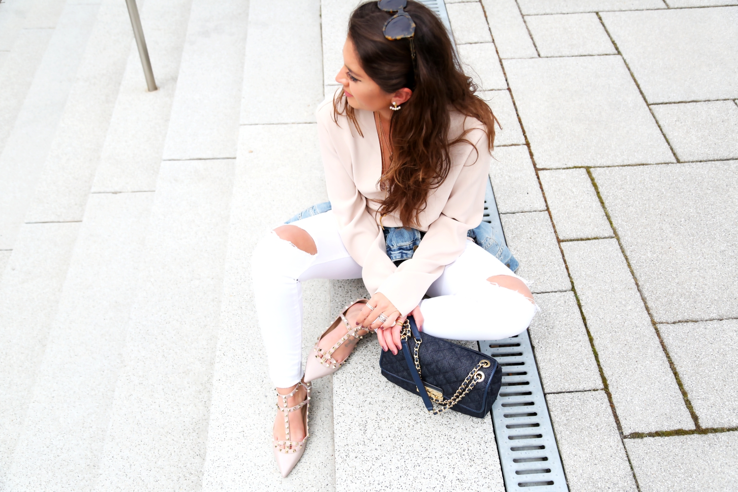 outfit-white-ripped-jeans-nude-pastels-denim-look-valentino-rockstud-flats