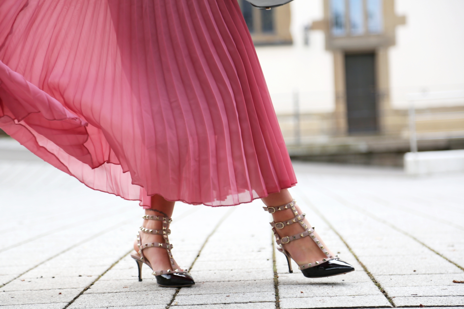 outfit-details-spring-summer-look-pleated-skirt-valentino-rockstud-kitten-heels