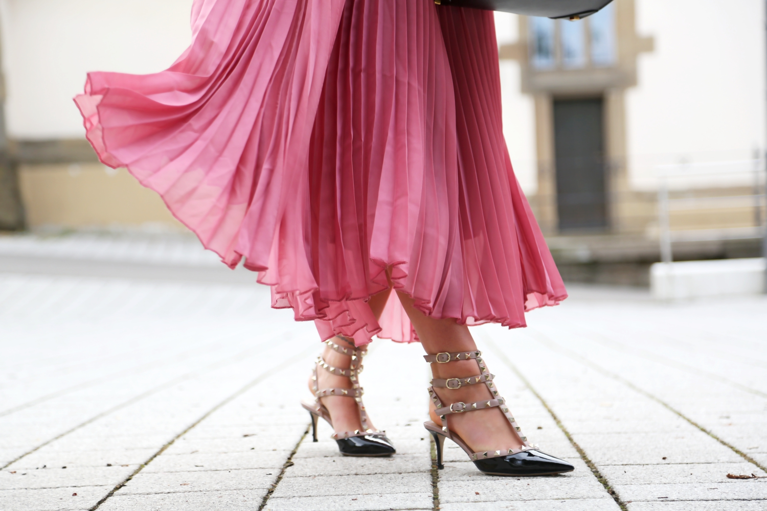 outfit-pleated-skirt-valentino-rockstud-kitten-heels-black