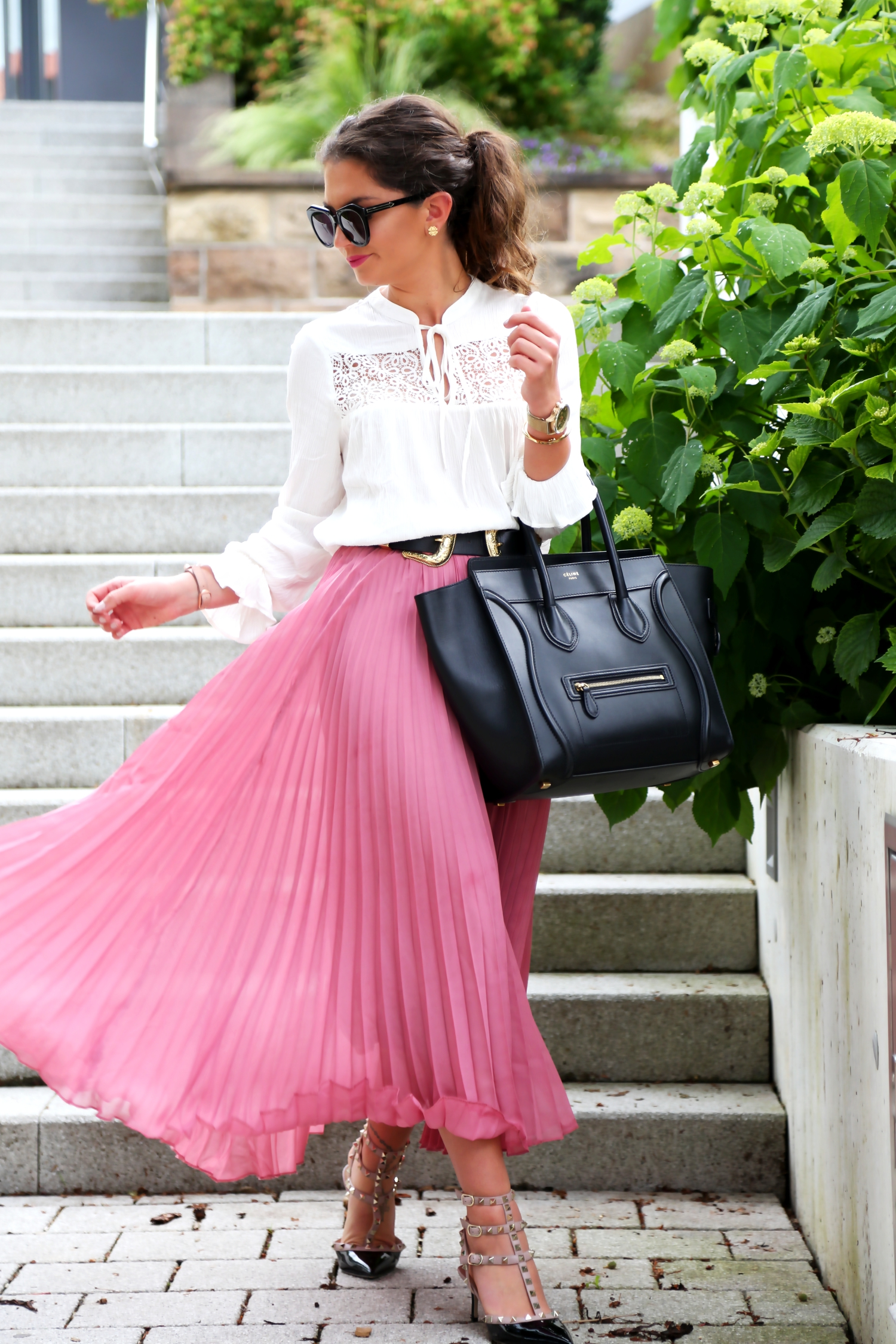 outfit-pleated-skirt-valentino-rockstud-pumps-celine-luggage-bag-black
