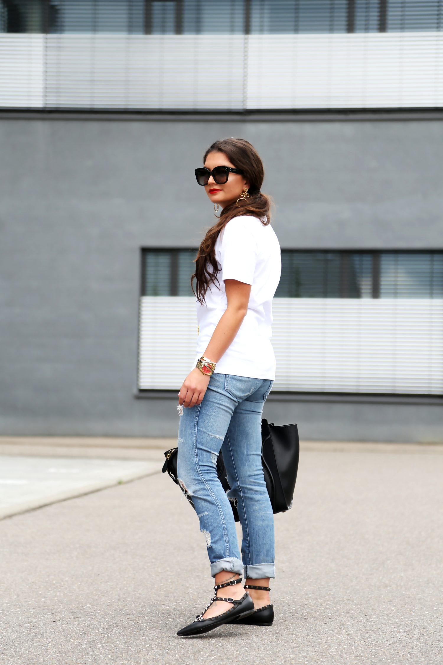 outfit-white-shirt-blue-ripped-jeans-celine-luggage-bag-valentino-rockstud