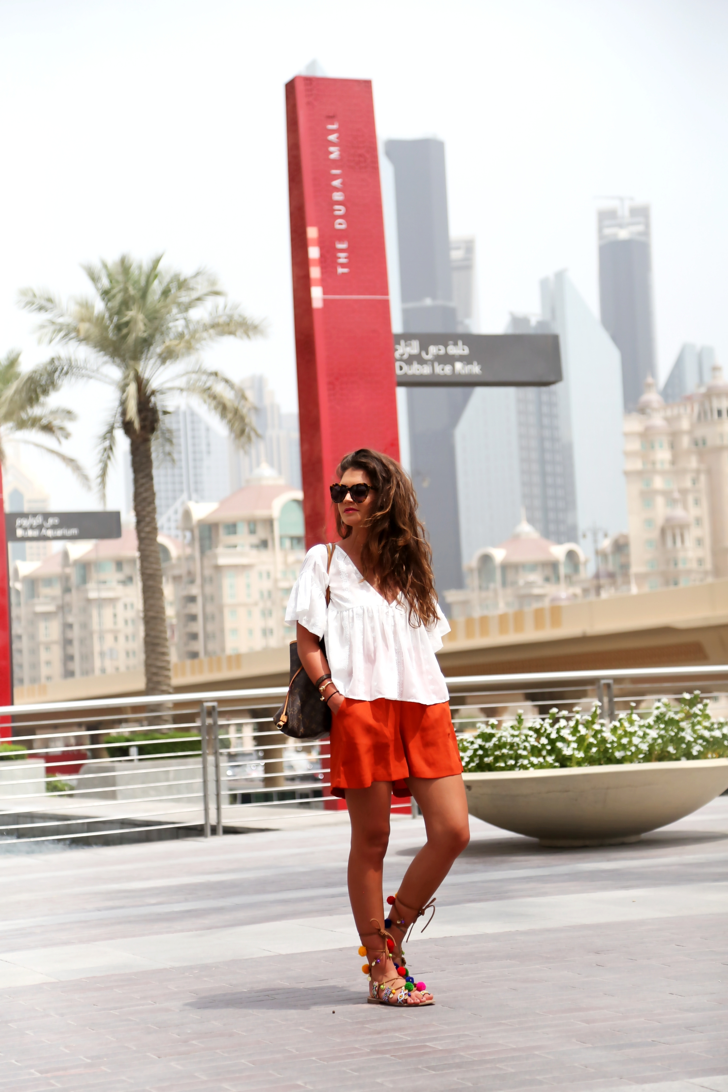 outfit-pom-pom-sandals-louis-vuitton-neverfull-dubai-mall-look-edited-shorts