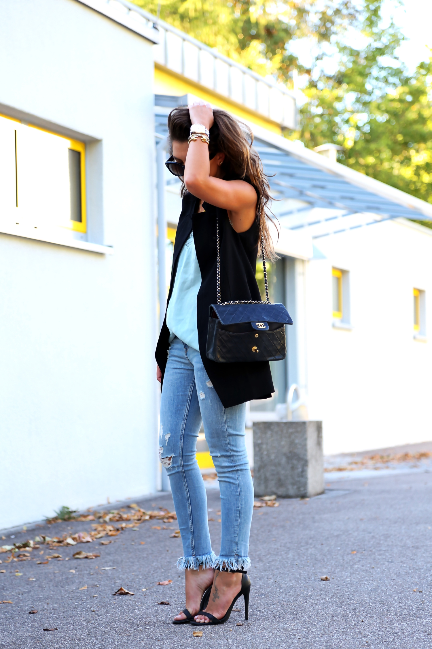 outfit-fringe-jeans-summer-look-chanel-bag