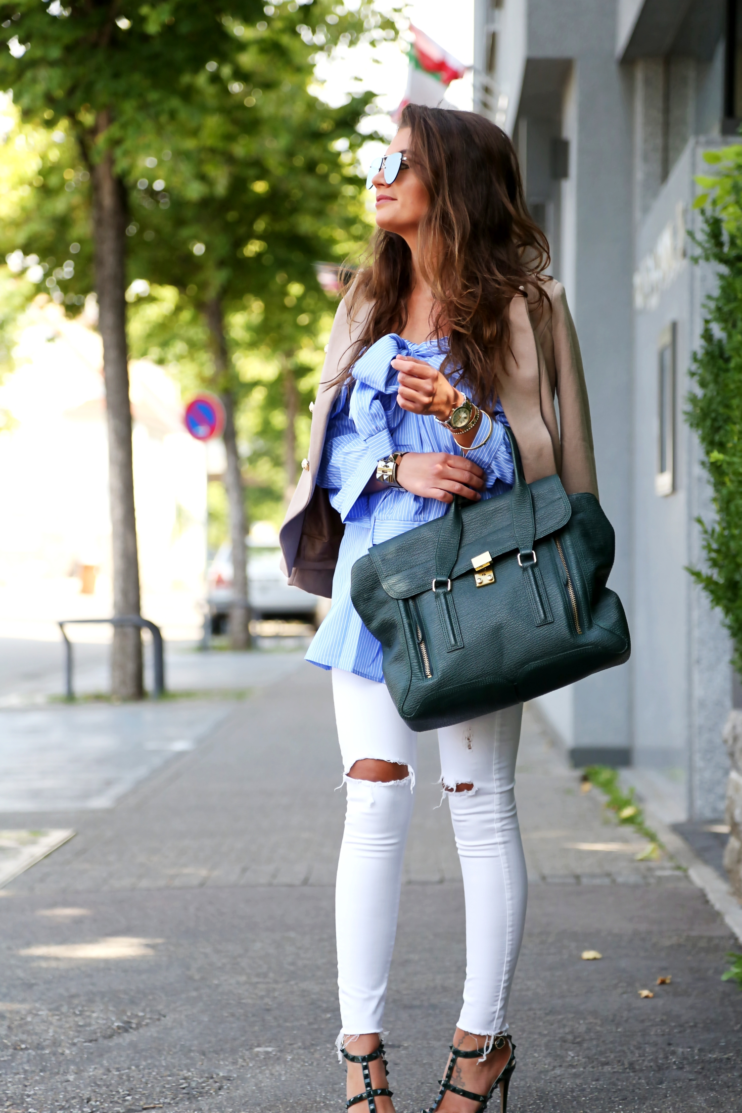 outfit-white-ripped-jeans-valentino-rockstud-heels