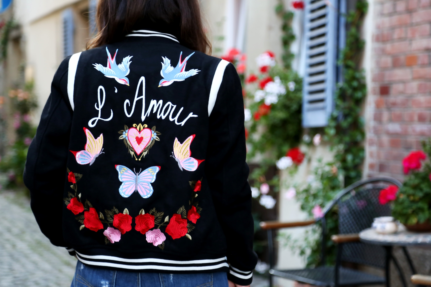 outfit-bomber-jacket-ripped-jeans
