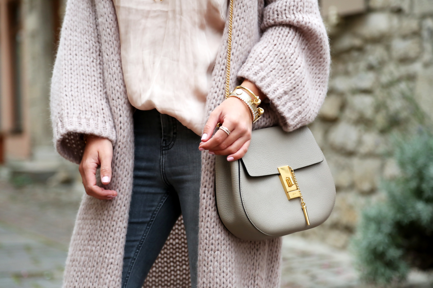 outfit-hallhuber-cardigan-topshop-jeans-chloe-drew-bag-grey