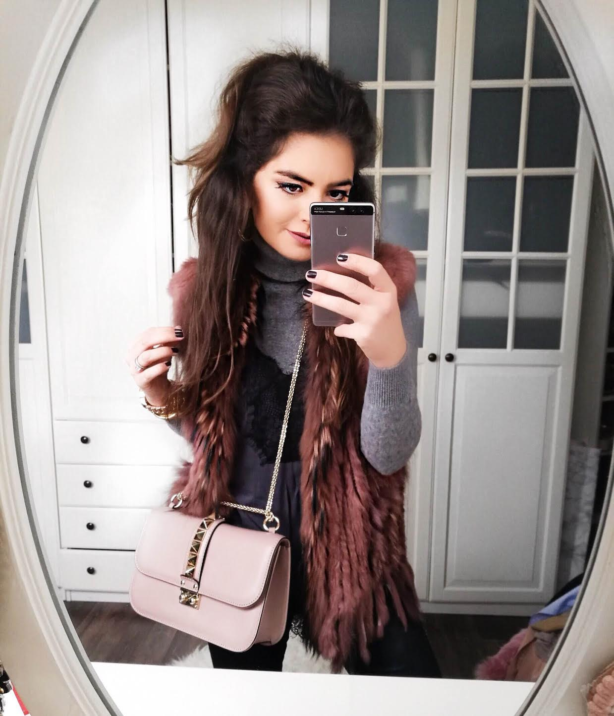 outfit-details-valentino-rockstud-bag-faux-fur-vest-top-over-turtleneck