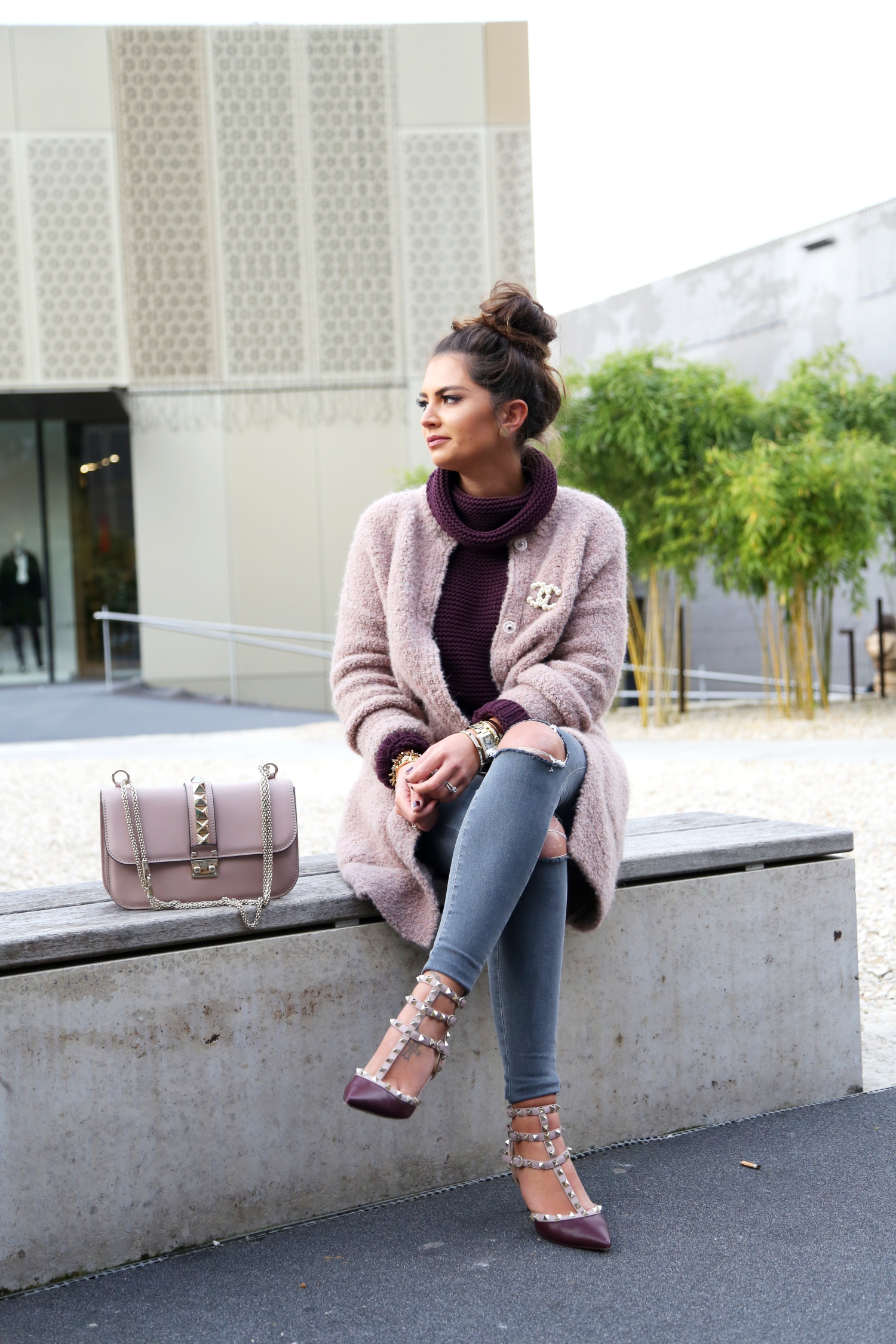 outfit-fashionhippieloves-chanel-brooch-valentino-pumps-bag-topshop-grey-ripped-jeans-hallhuber-turtle-neck-sweater-cardigan-fashionhippieloves