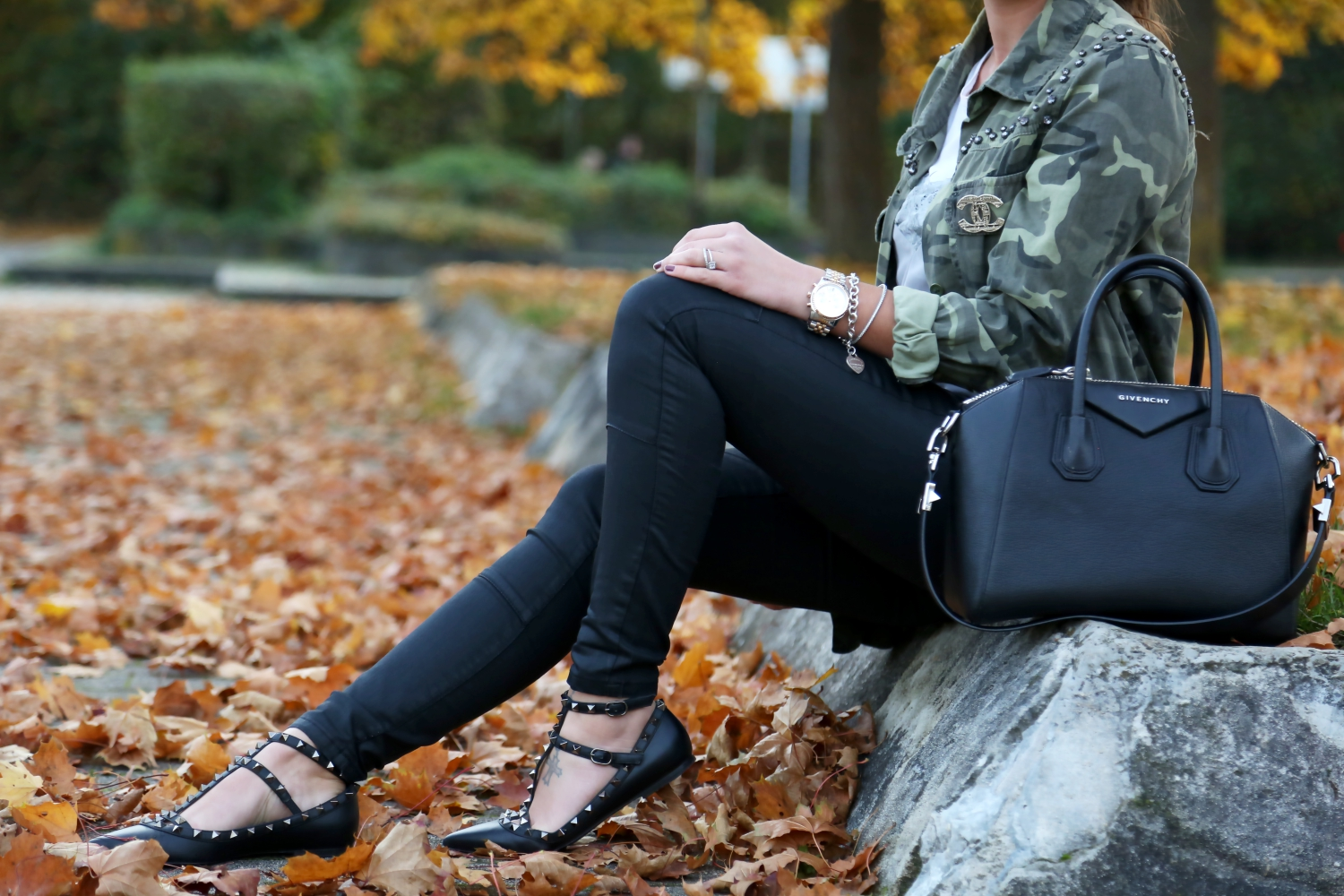 outfit-givenchy-bag-valentino-rockstud-flats-black-parka-chanel-brooch