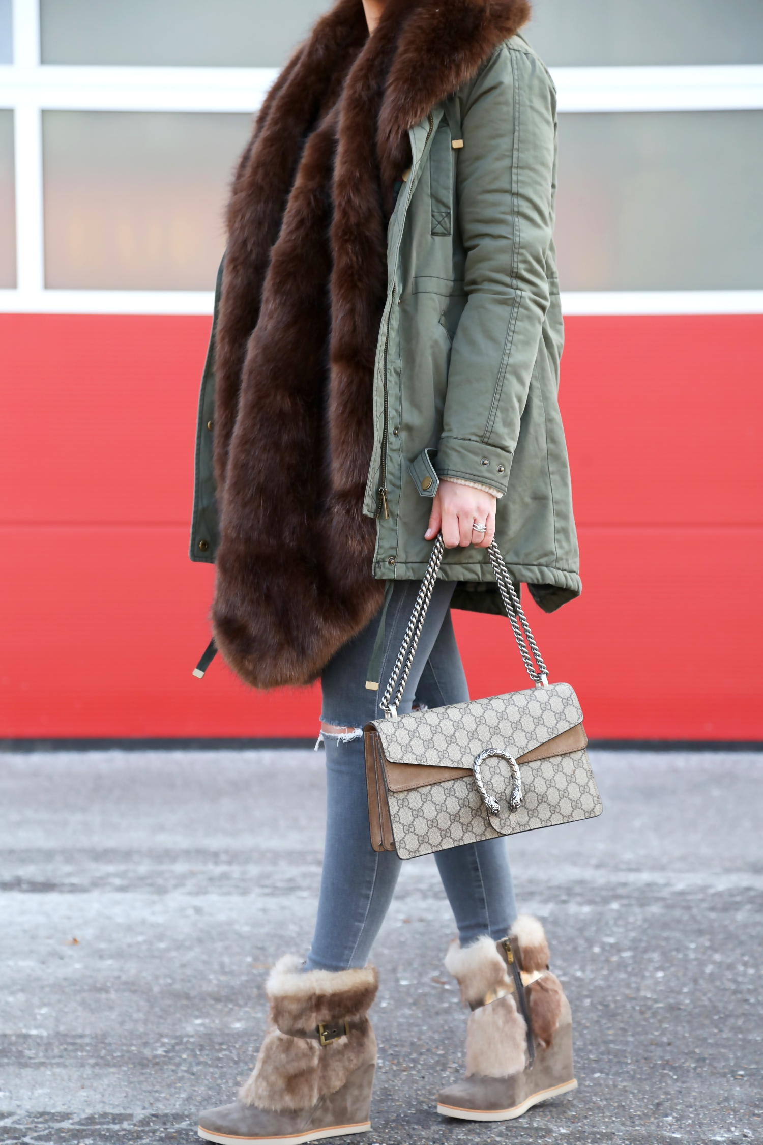 outfit-winter-look-gucci-bag-parka-faux-fur-scarf