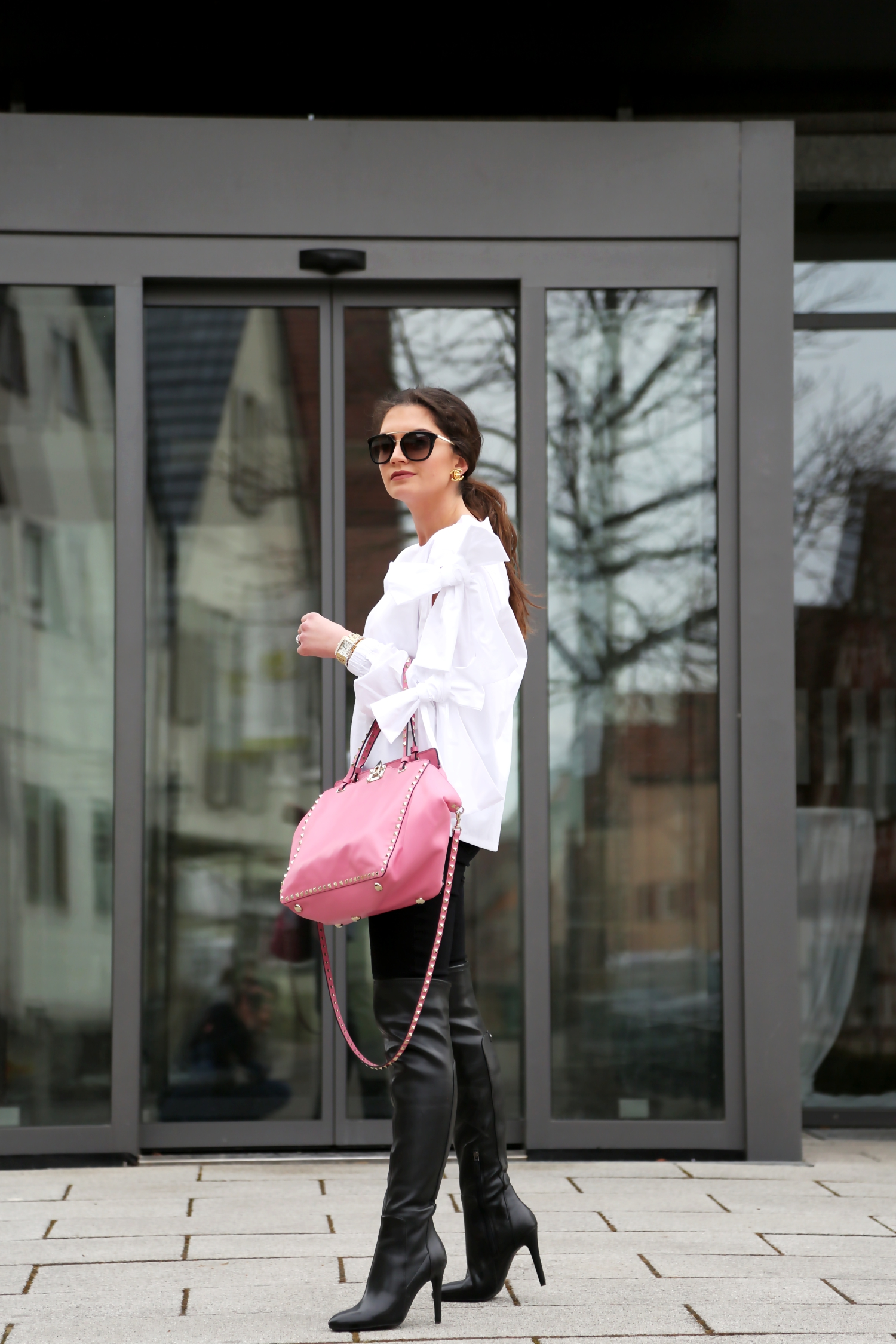 outfit-winter-bow-blouse-overknees-valentino-bag
