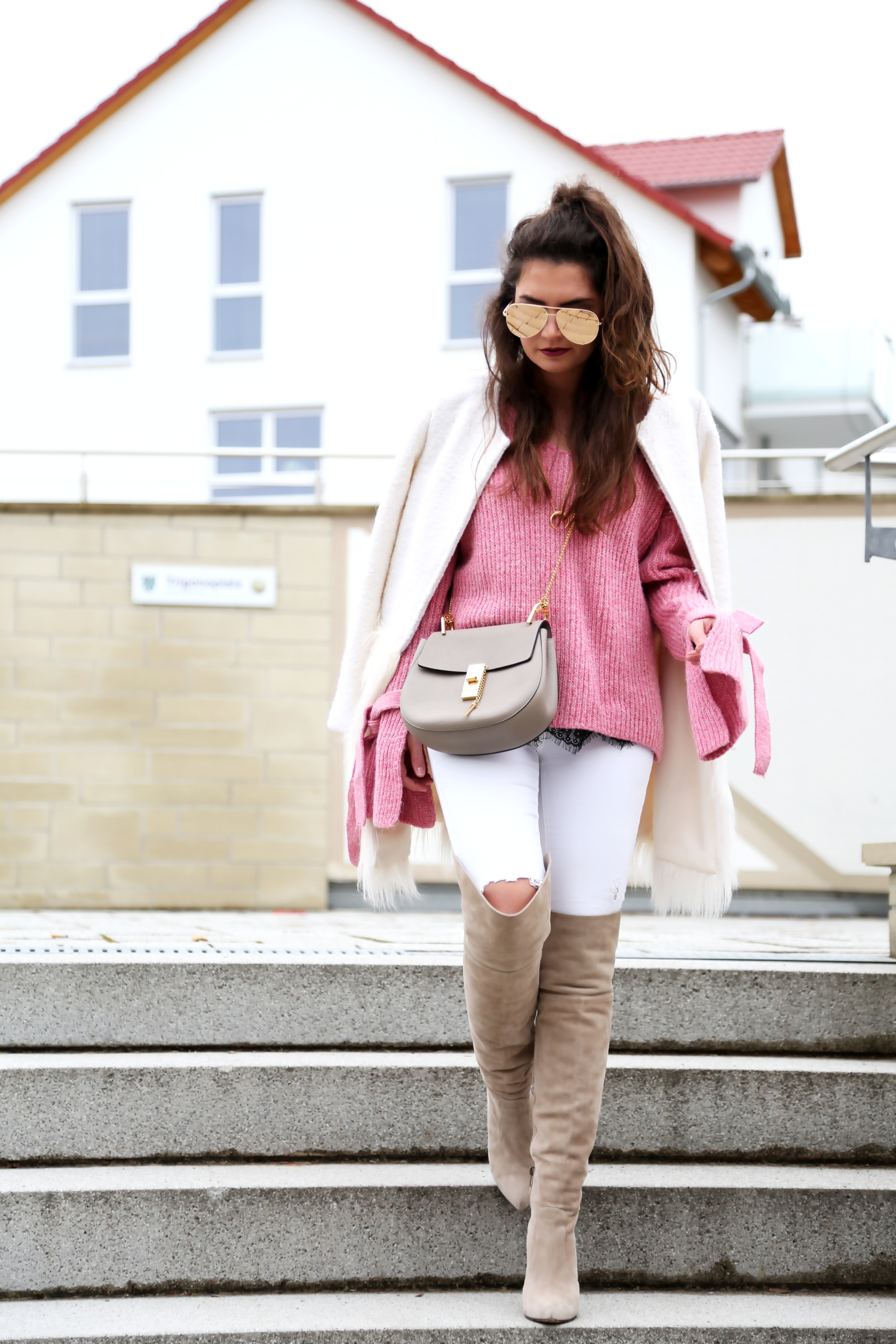 outfit-winterlook-pink-long-sleeve-sweater-overknees
